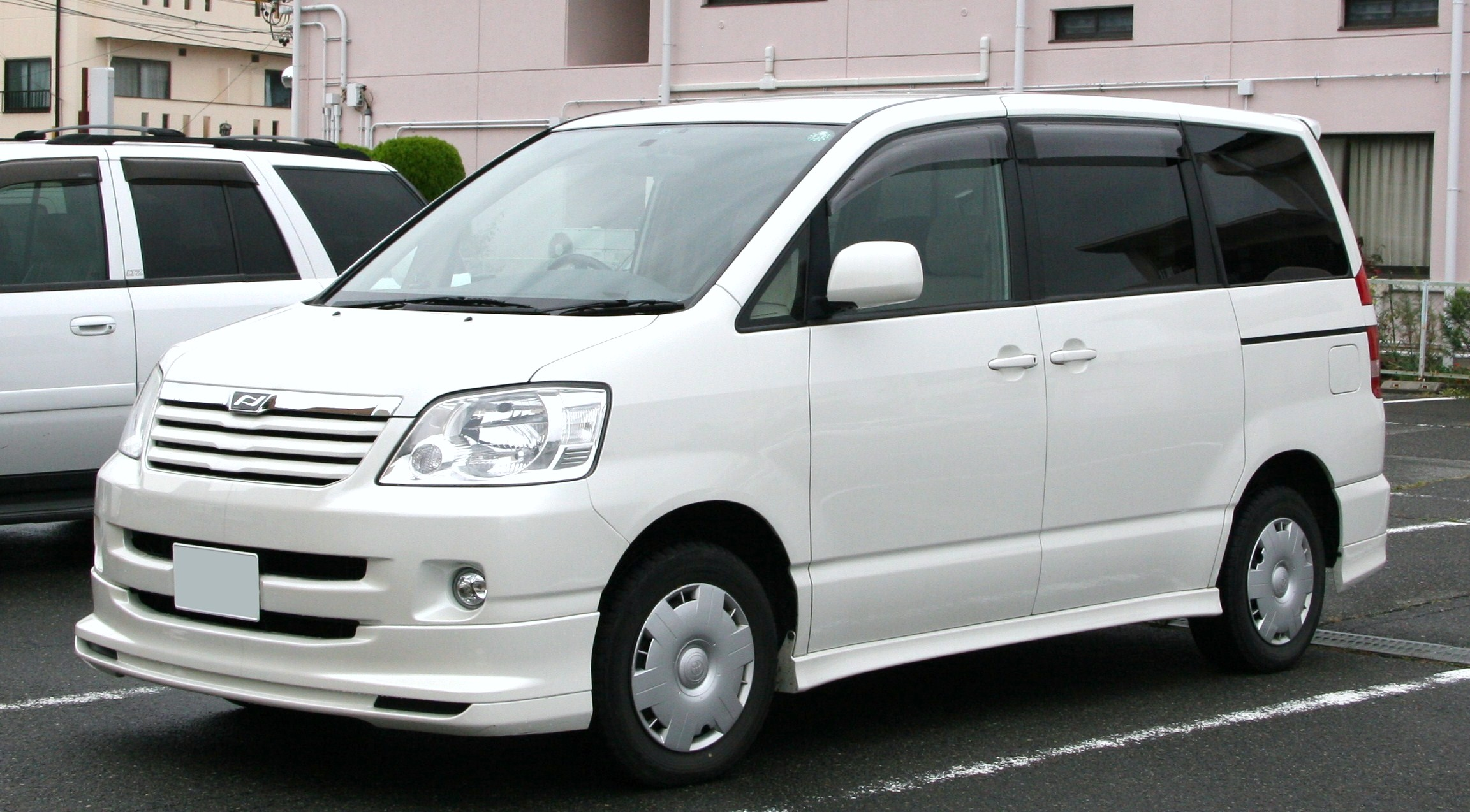 File:2001-2004 Toyota Noah.jpg - Wikimedia Commons