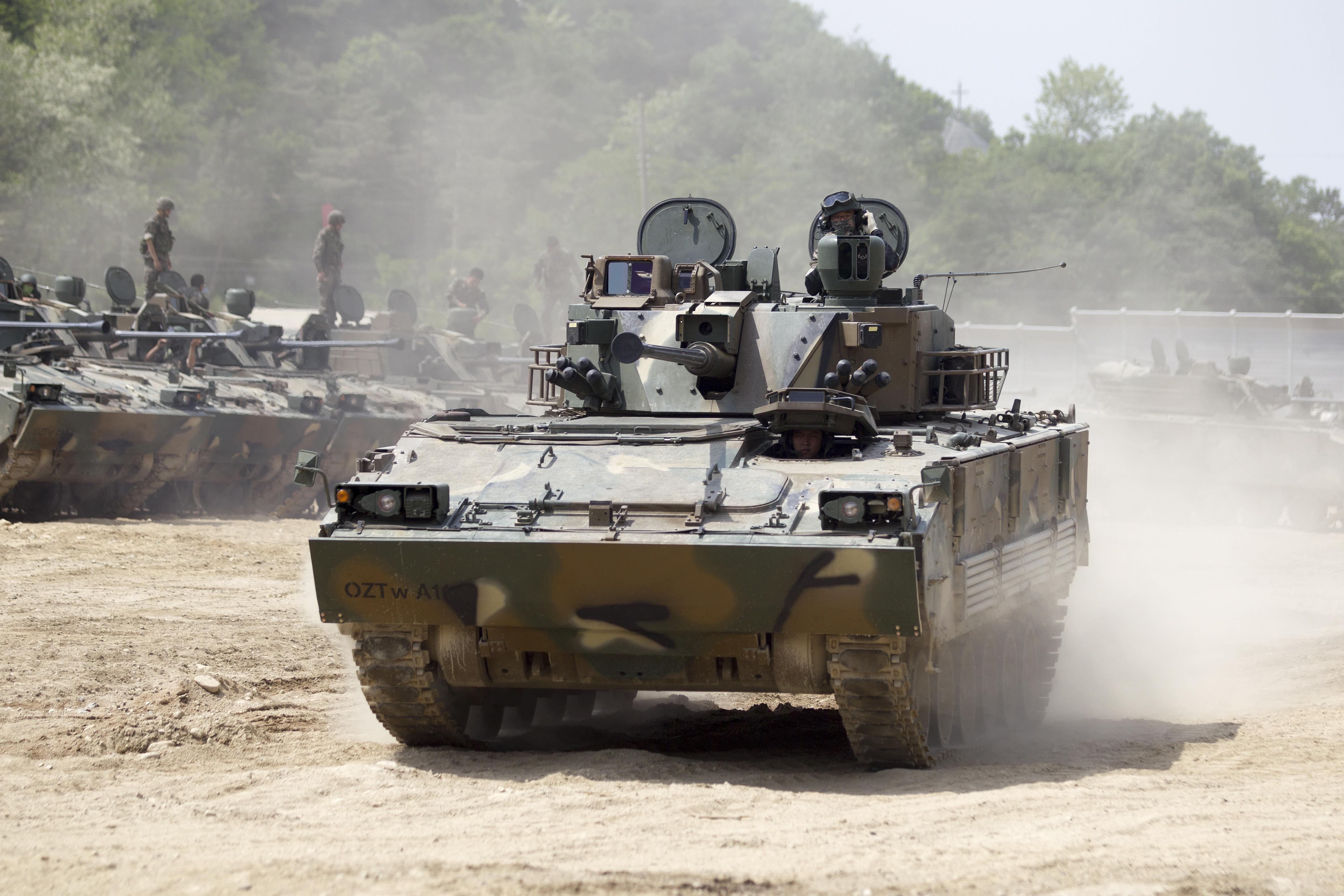 2014.5.20 육군 수도기계화보병사단 K-21 장갑차 전투사격훈련 K-21 combat firing practice, Republic of Korea Army Capital Mechanized Infantry Division (14299828042).jpg