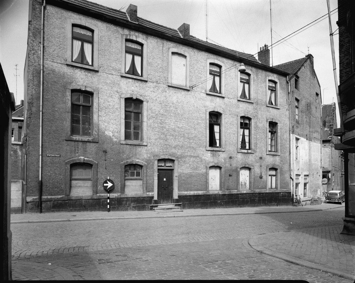 Huis met brede lijstgevel ingang en vensters in segmentboogomlijstingen van naamse steen in - Huis ingang ...