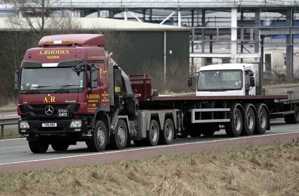Truck Mercedes Benz Actros >> File:A Rhodes Heavy Haulage Mercedes-Benz Actros crane truck with flatbed trailer, 27 January ...