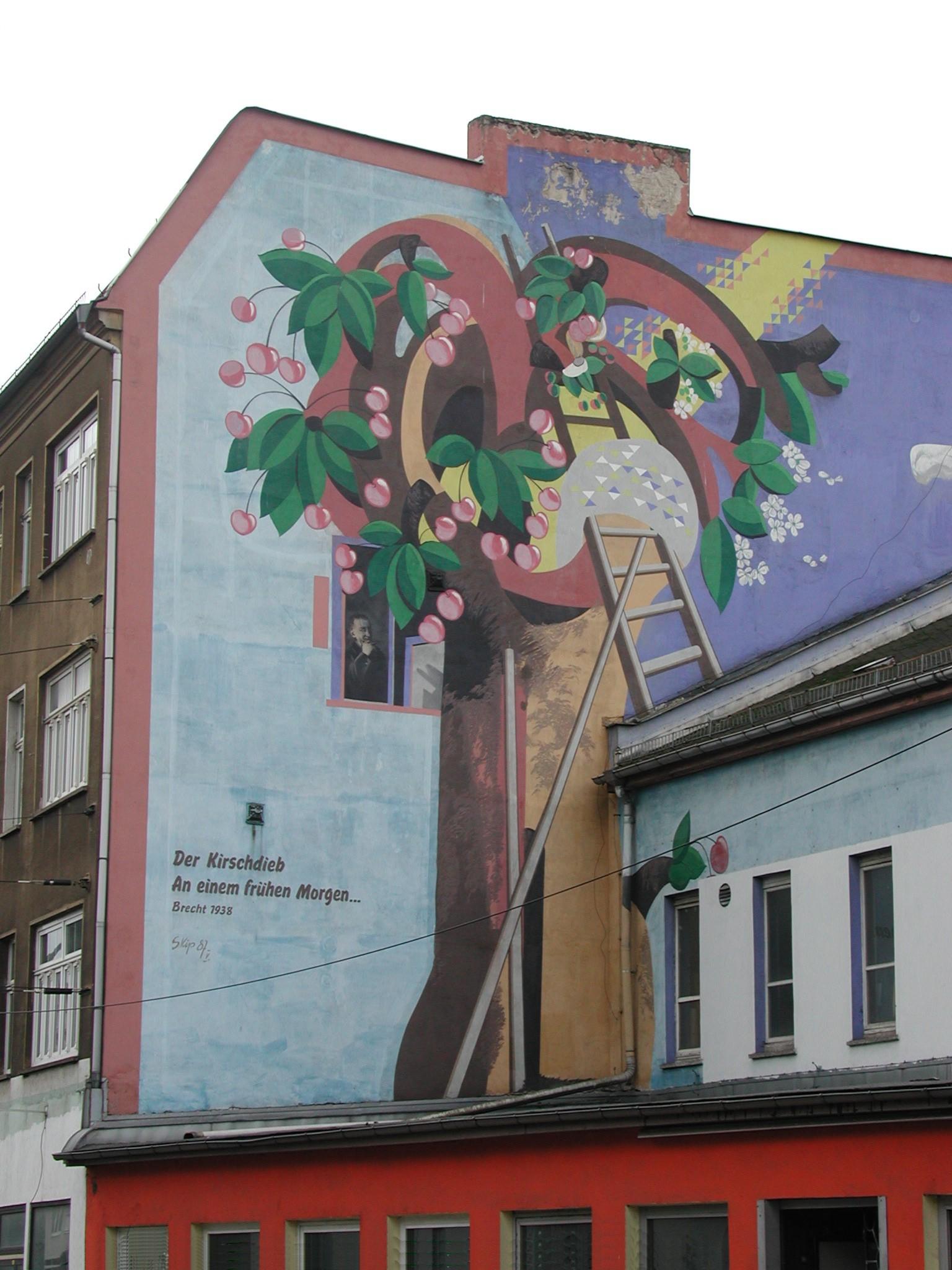 Ilustración del poema der Kirschdieb en una pared de Weißensee (Berlín).