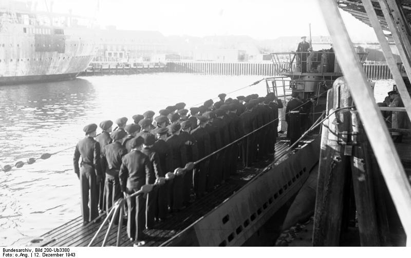 Bundesarchiv_Bild_200-Ub3380%2C_Indienststellung_U-250.jpg
