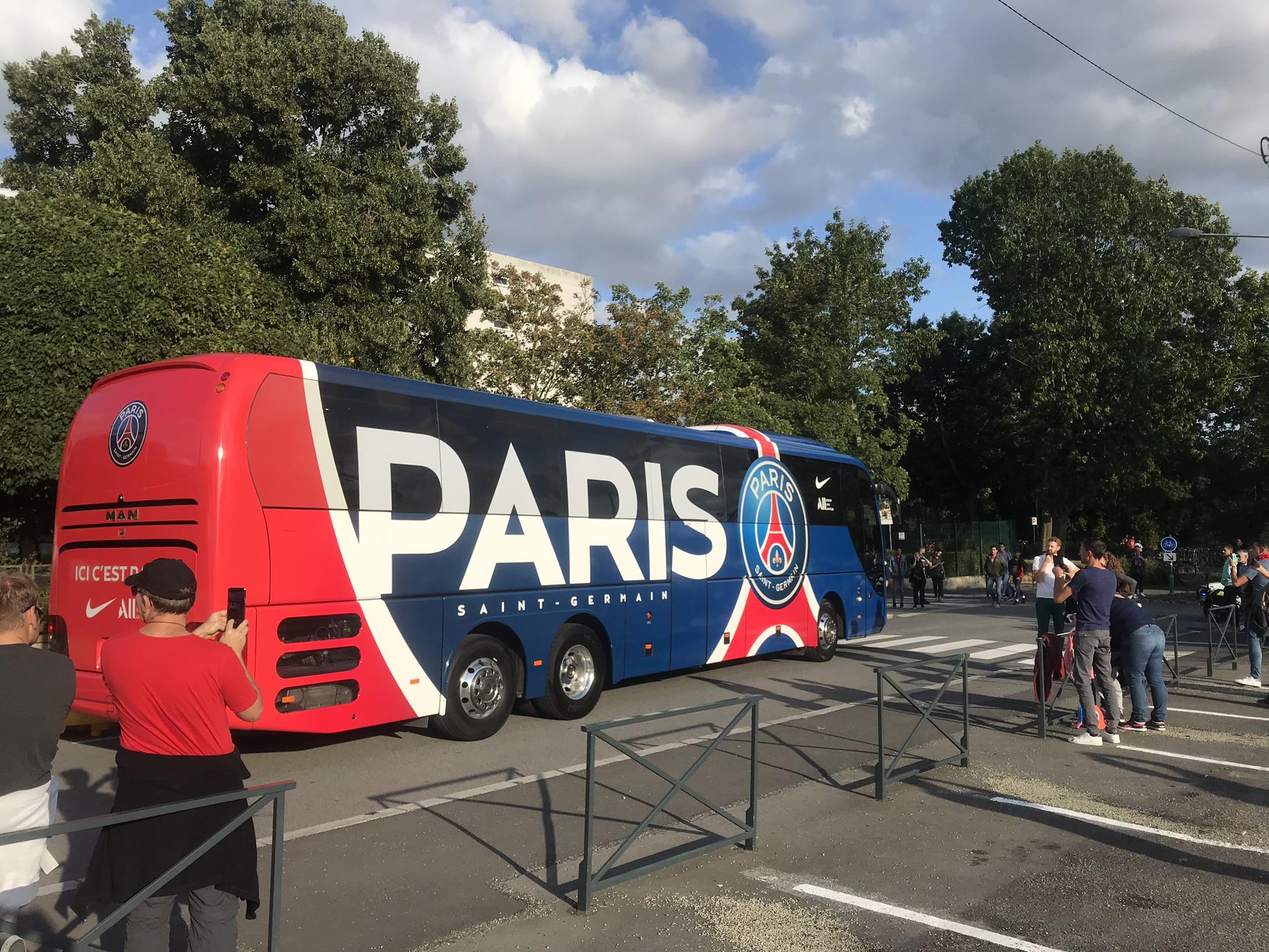 File:Bus transportant les joueurs du PSG.jpg - Wikimedia Commons