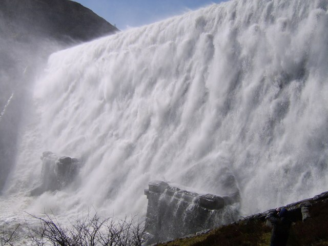 File:Caban-coch dam overflowing - geograph.org.uk - 148870.jpg