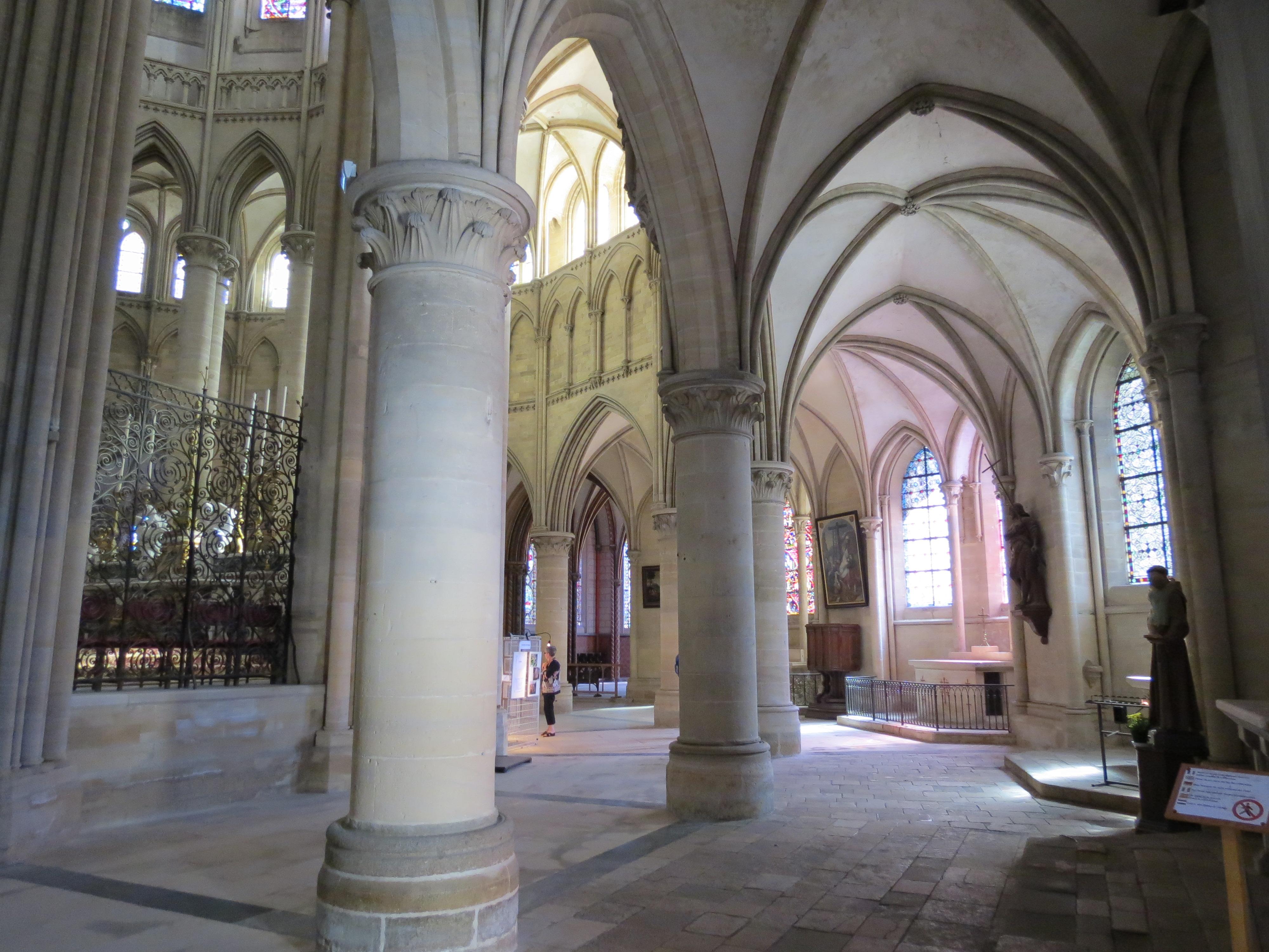 Mais comment Notre-Dame de Paris a-t-elle pu brûler ? - Page 7 D%C3%A9ambulatoire_cath%C3%A9drale_Coutances