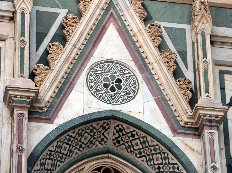 File duomo di firenze medaglioni intarsiati in marmi nei timpani delle finestre sui fianchi 03 - Finestre firenze ...