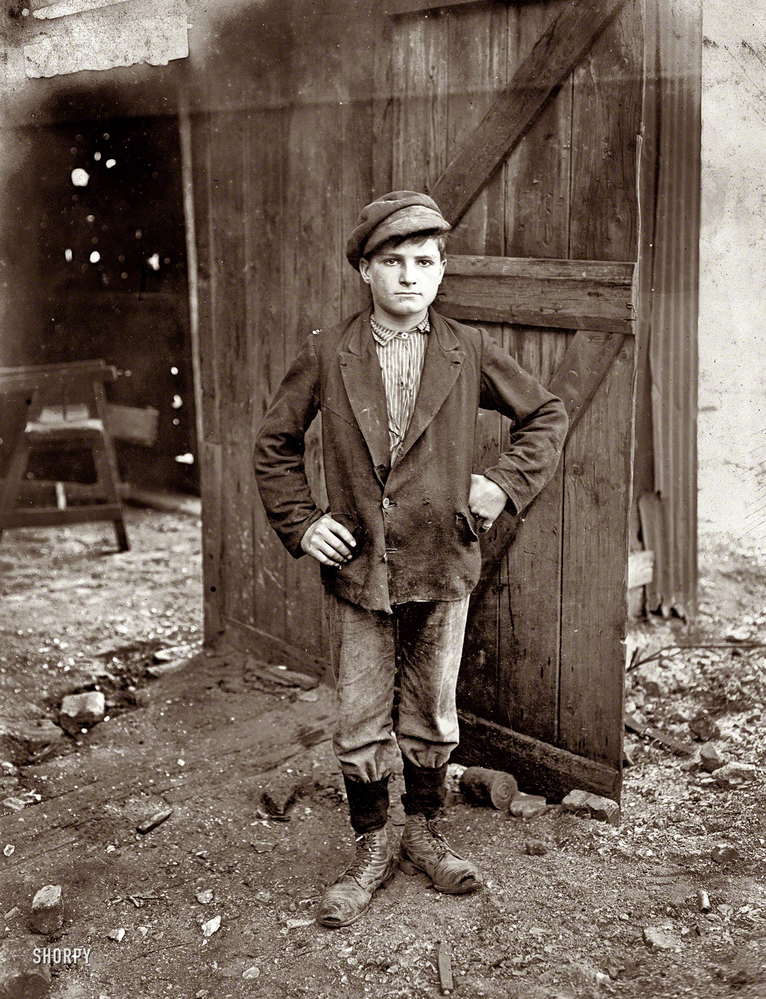 File:Glassworks Boy 1908.jpg