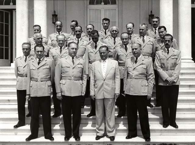 File:Grupna fotografija predsednika Tita sa generalima, posle čestitanja 66. rođendana.jpg