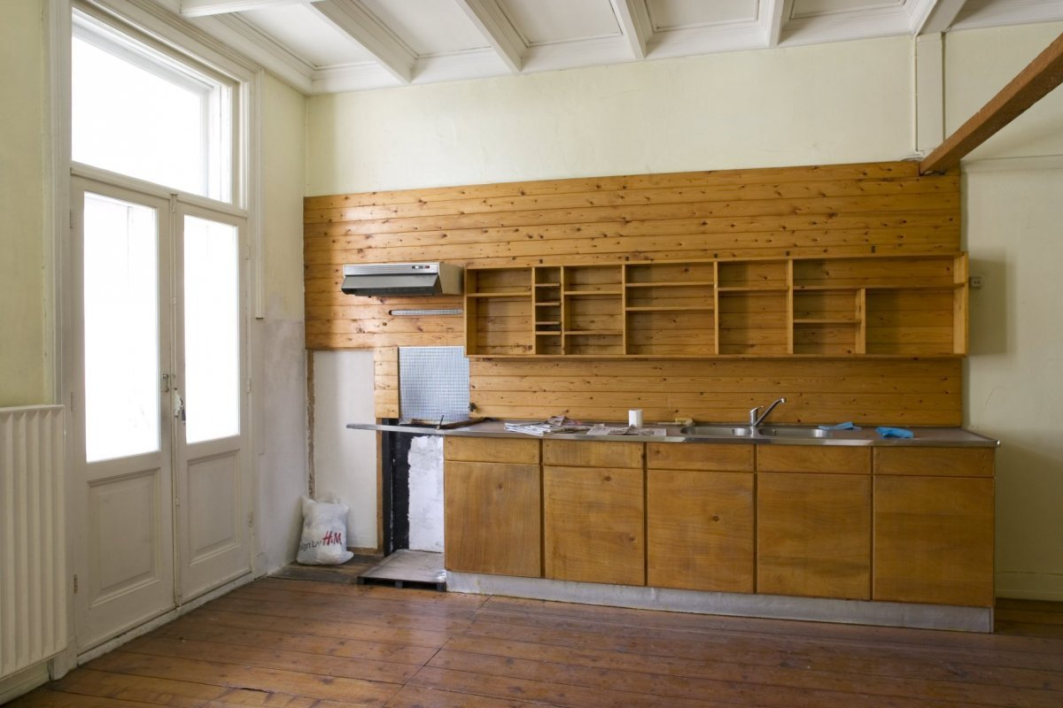File Interieur, achterkamer met houten keukenwand en keukenkastjes op de tweede verdieping