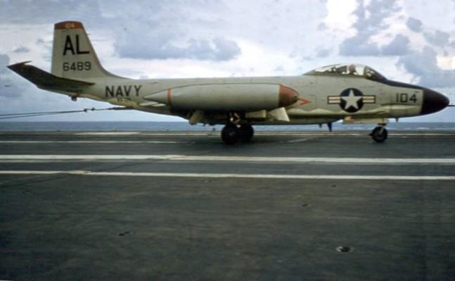 porte-avions US McDonnell_F2H-3_landing_CVA-42_1958