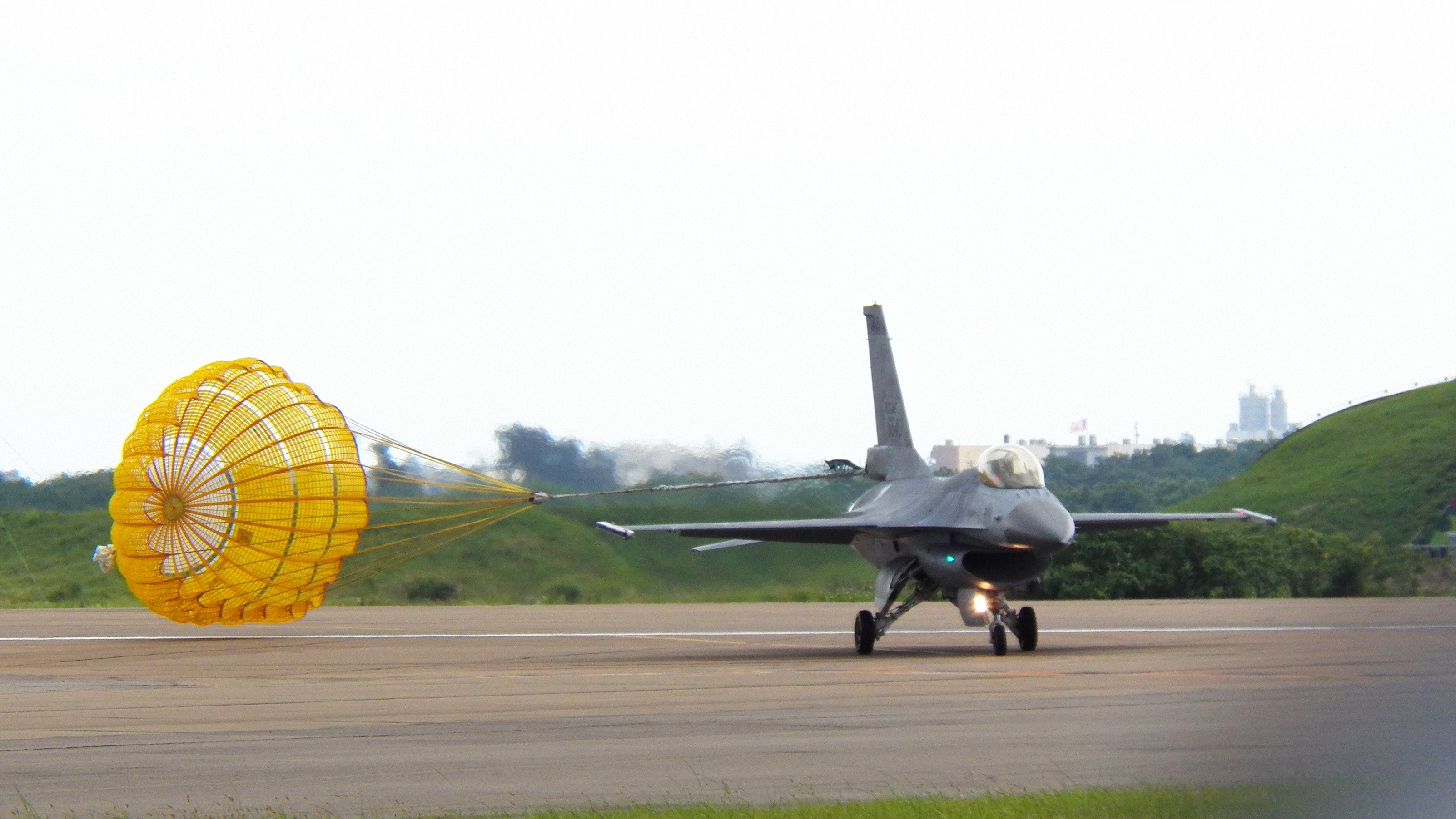 ROCAF_F-16A_6640_Landing_Down_Opened_Dro