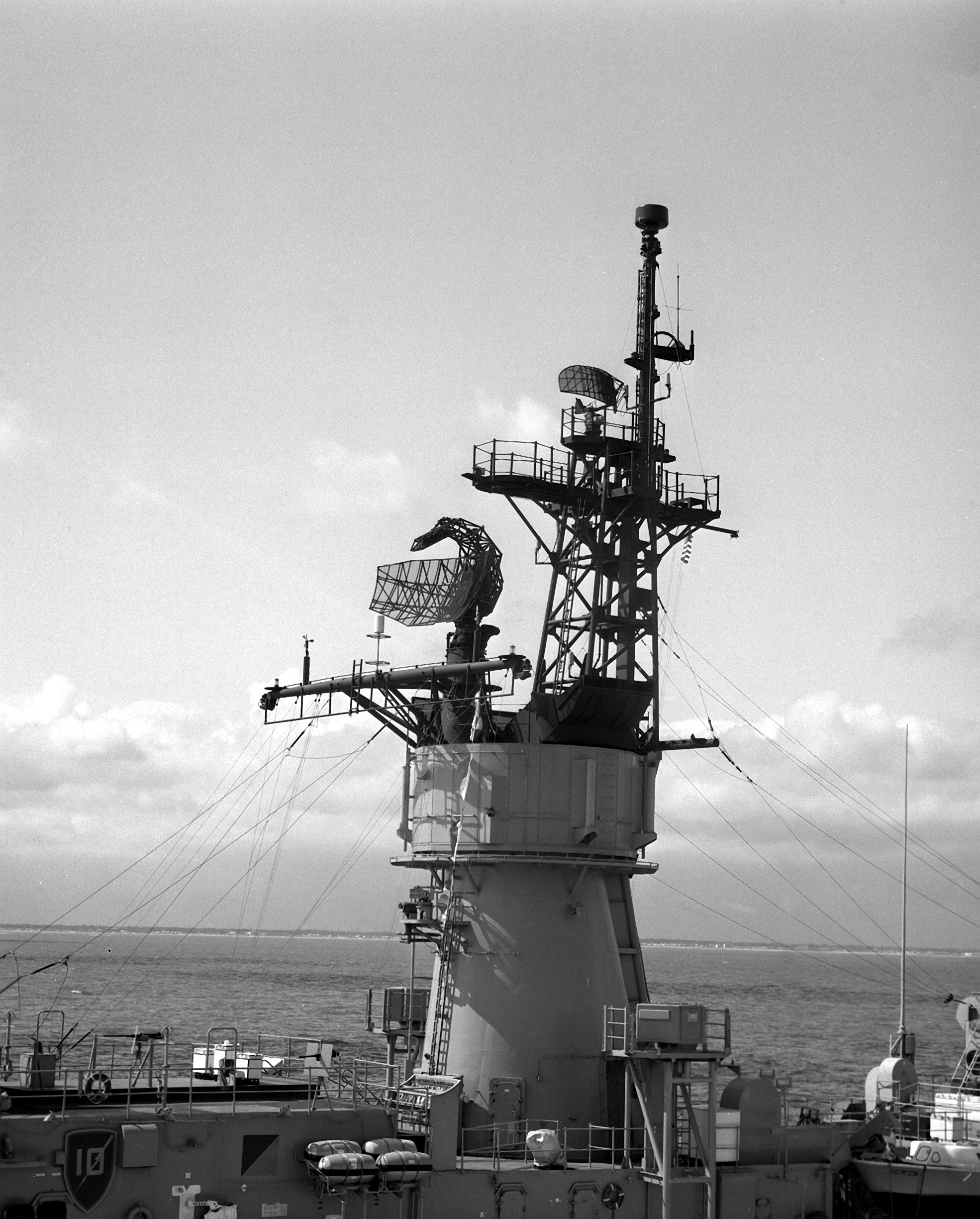 File:USS Bowen (FF-1079) midships.jpg