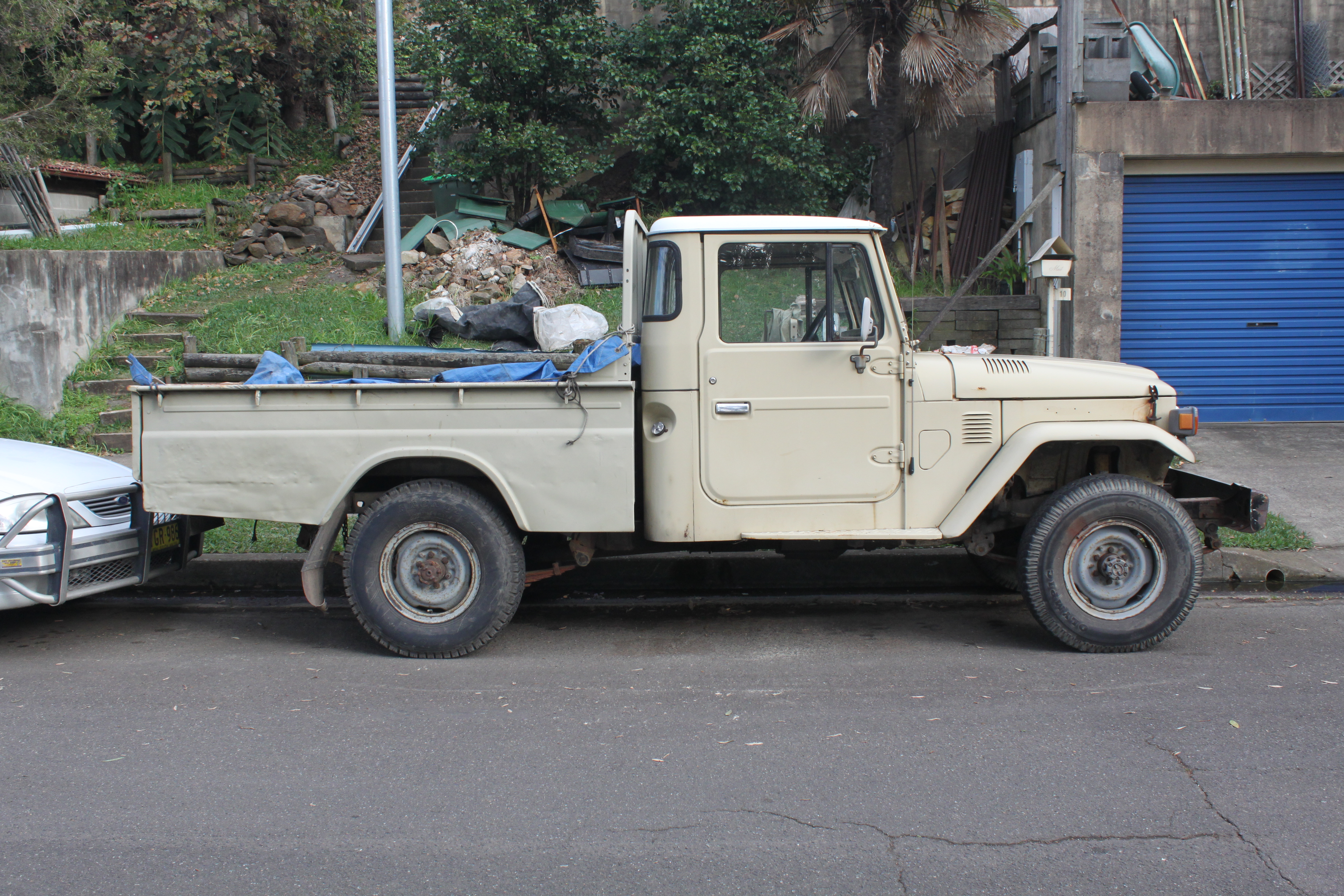 File:1983 Toyota Land Cruiser (FJ45 or HJ47) utility (18266116703