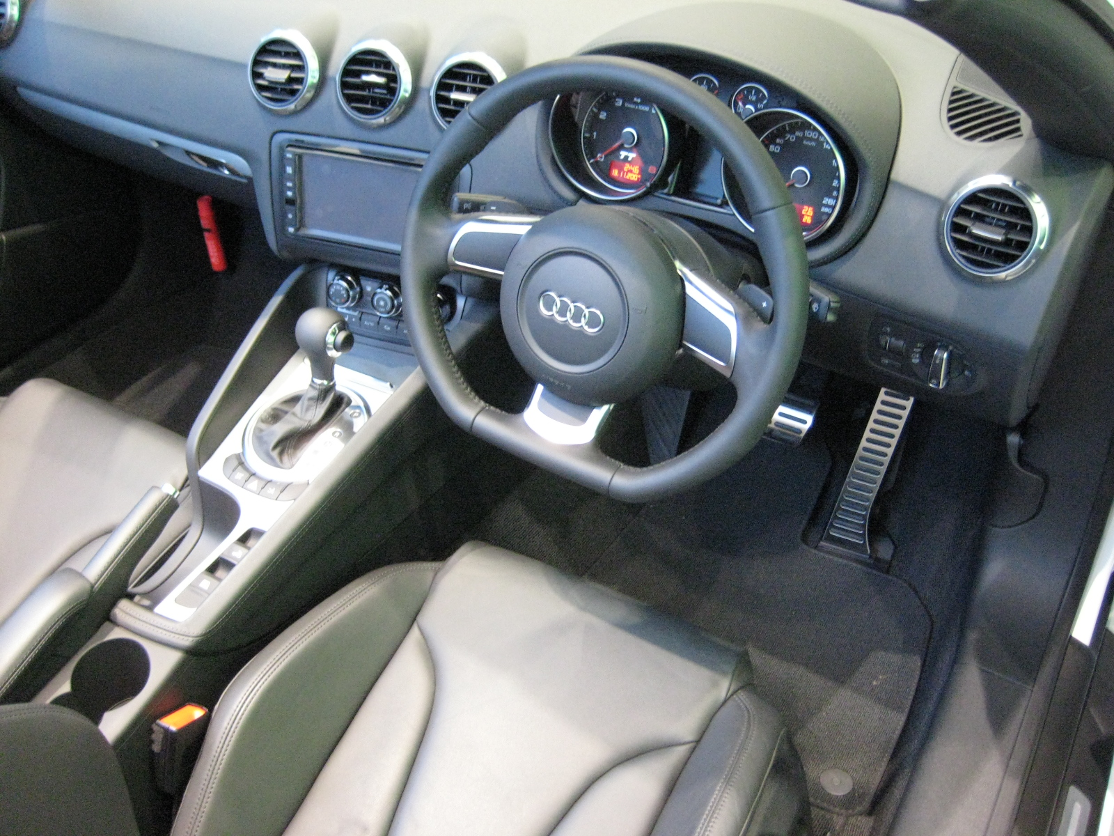 File 2007 audi tt roadster interior jpg wikimedia commons for Audi tt interieur