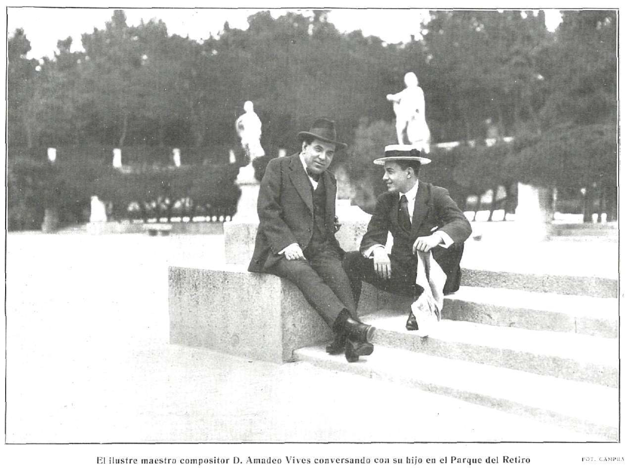 Amadeo Vives, fotografiado por Campúa, conversando con su hijo en el parque del Retiro (La Esfera, 1914)