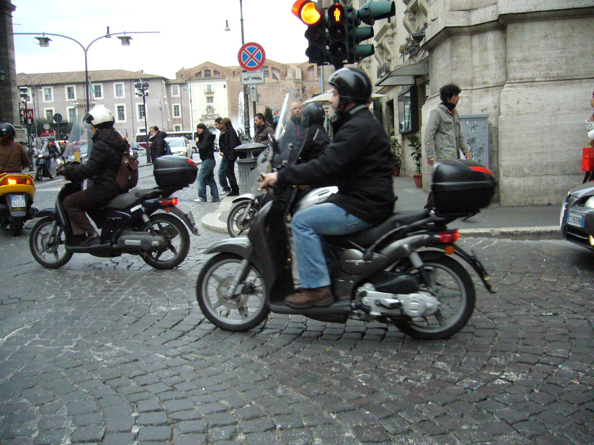 Aprilia Italy  city images : Description Aprilia Scarabeo scooters in Italy