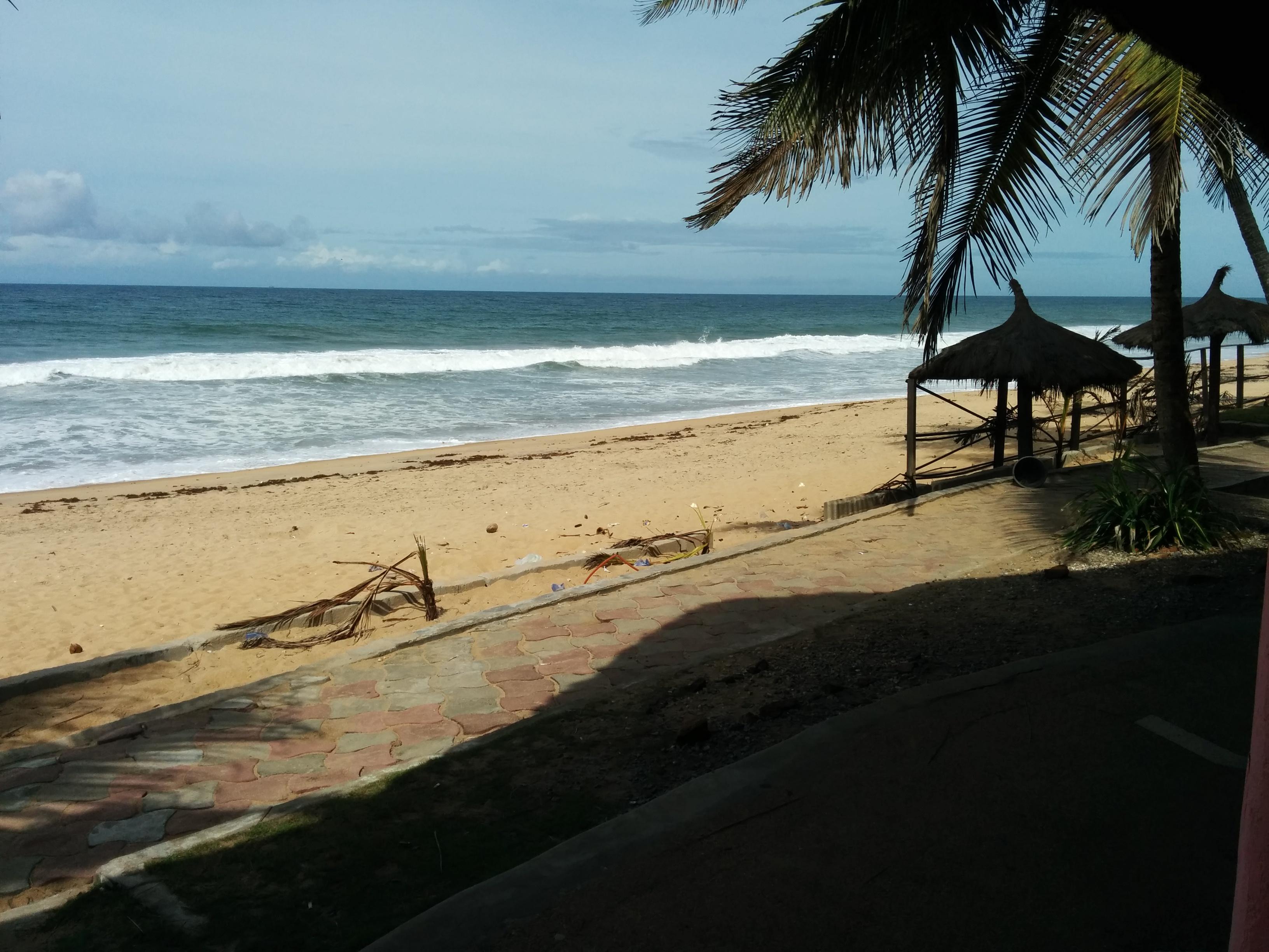 https://upload.wikimedia.org/wikipedia/commons/c/cd/Beach_at_Tereso_Hotel_Grand-Bassam.jpg