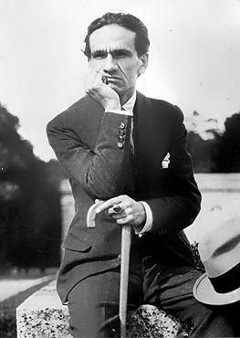 César Vallejo en el Parque de Versalles, verano de 1929