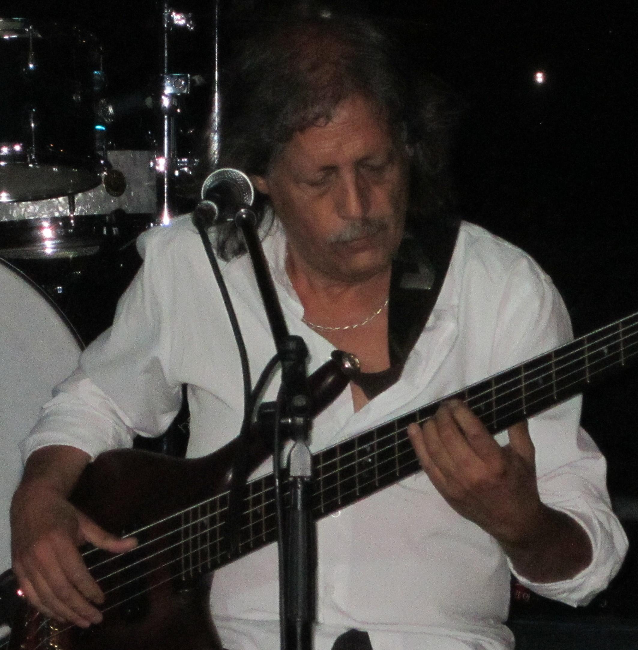 Ernesto Holman fue el bajista durante este período y dejaría un imborrable sello.