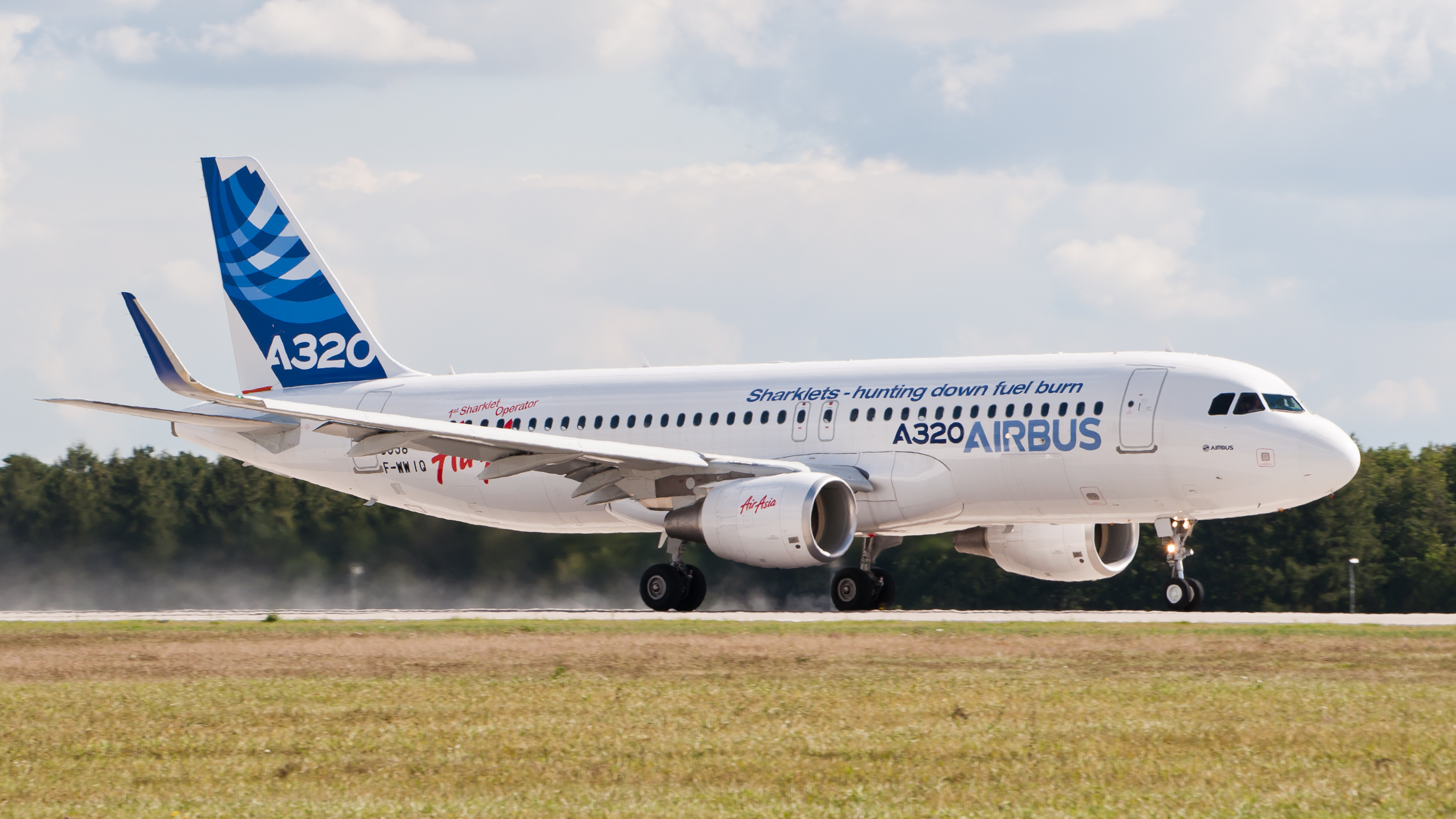 https://upload.wikimedia.org/wikipedia/commons/c/cd/F-WWIQ_Airbus_A320_sharklet_ILA_2012_07.jpg