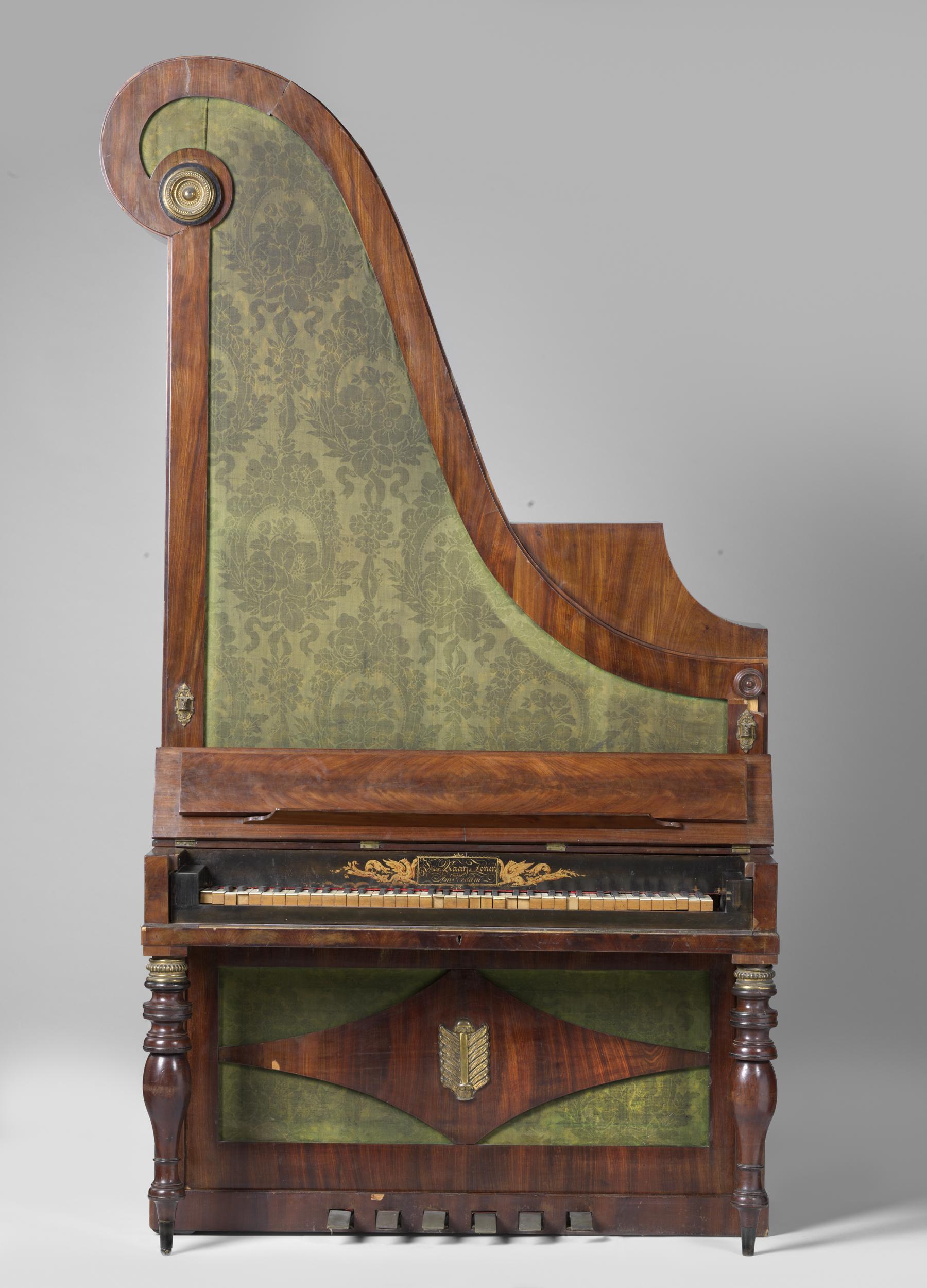 Filegiraffepiano Harpvormige Hoge Kast Met Groen Damast