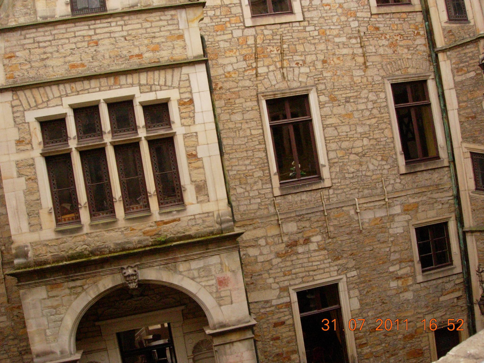 FileInnenhof of the Schloß Bückeburg door and window (crooked).JPG & File:Innenhof of the Schloß Bückeburg door and window (crooked).JPG ...