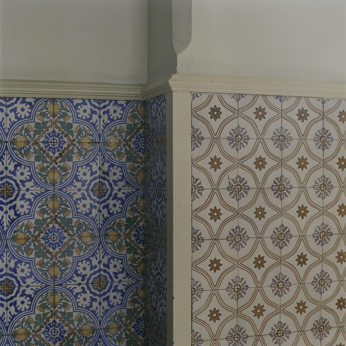 File Interieur, detail van een lambrisering van geglazuurde tegels in een gang, met