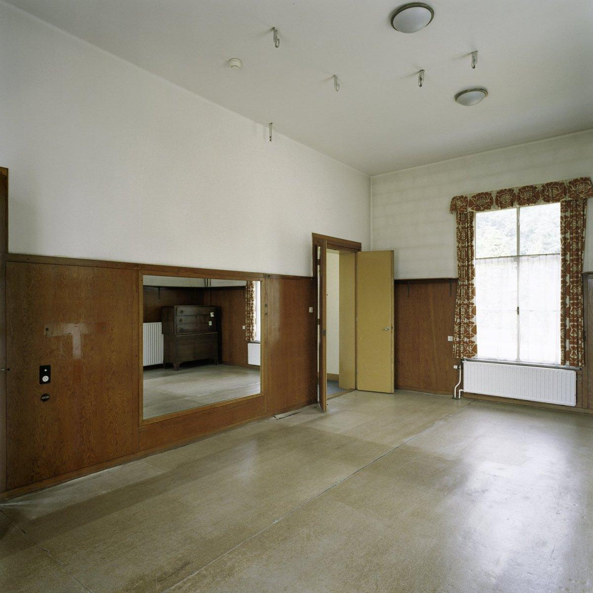 Bestand:Interieur, overzicht van de turnzaal met spiegelwand ...