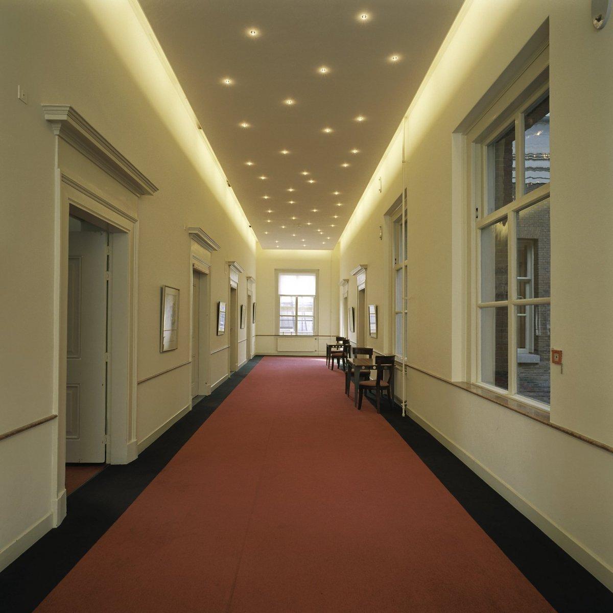 file interieur kelder overzicht gang met verlichting aan