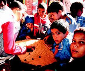 external image J%C3%B3venes_refugiados_Saharauis_jugando_a_un_juego_de_mesa_en_los_campamentos.jpg