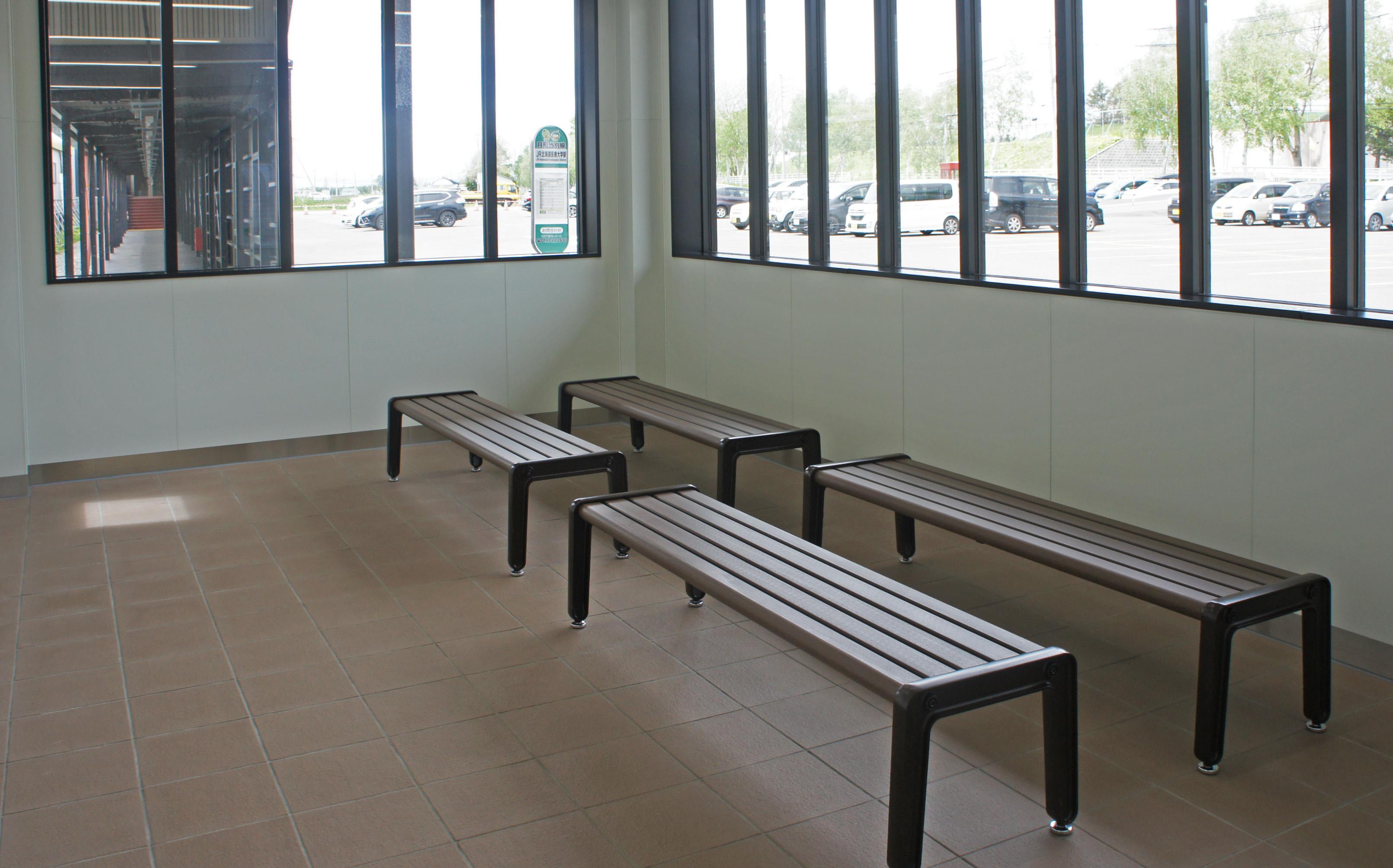 File:JR Sassho-Line Hokkaido-Iryodaigaku Station East Exit Waiting room.jpg  - Wikimedia Commons