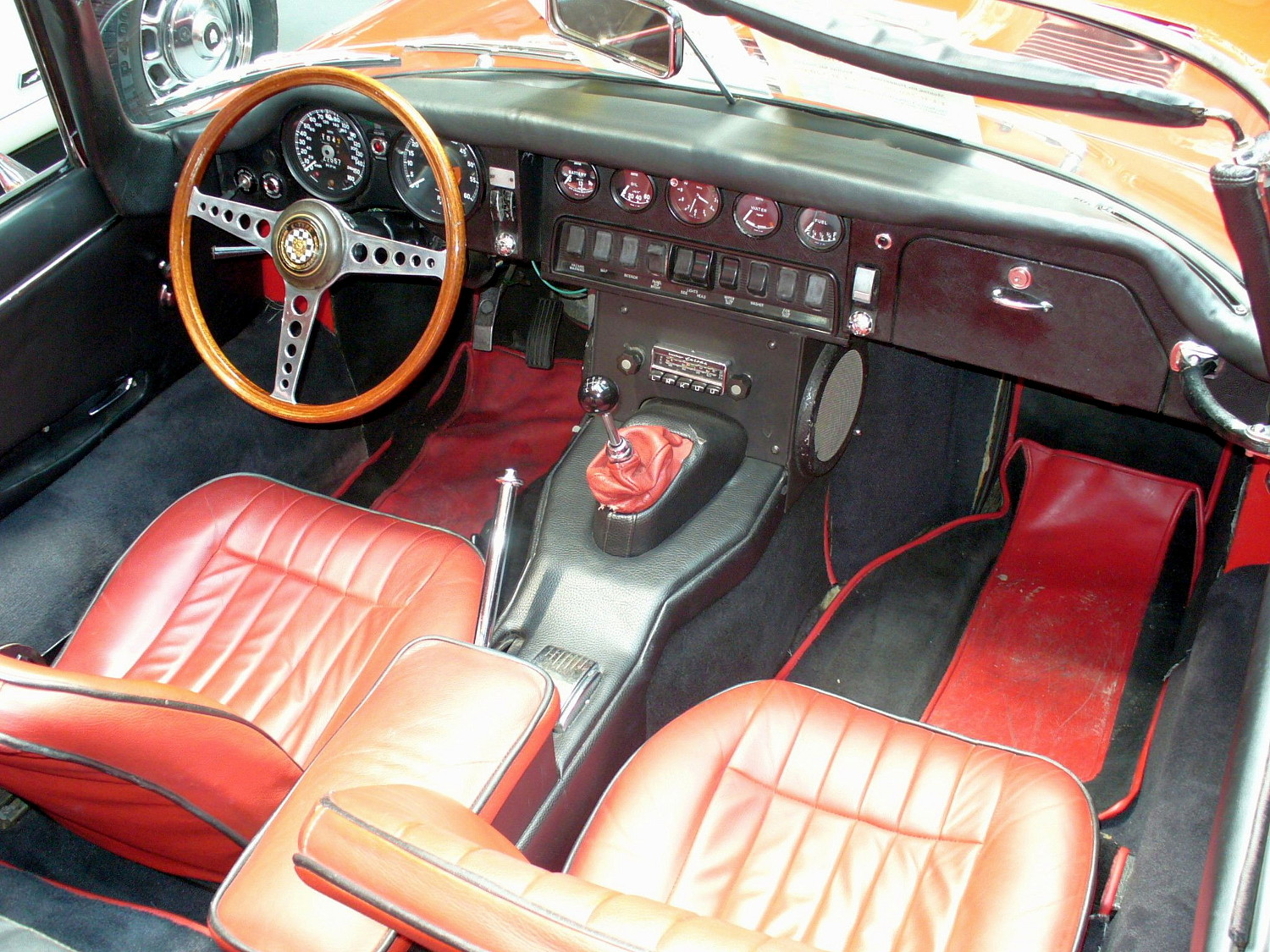 File jaguar e type roadster interieur jpg wikimedia commons for Interieur jaguar