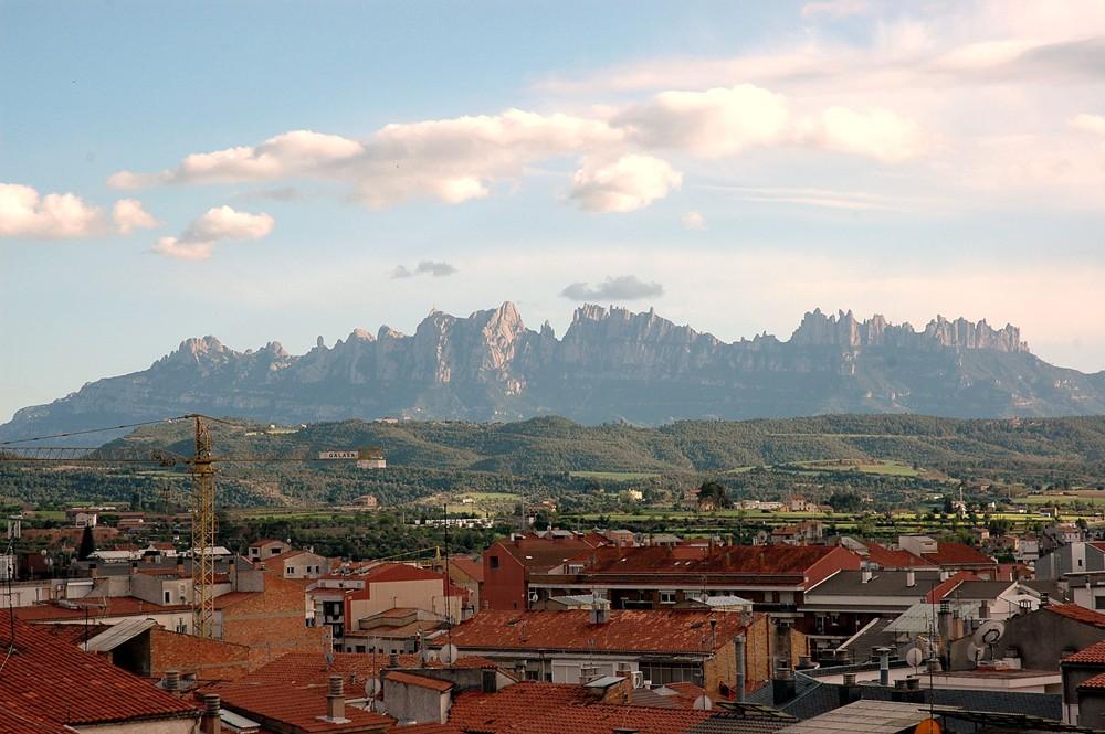 http://upload.wikimedia.org/wikipedia/commons/c/cd/Montserrat_des_de_Manresa.JPG