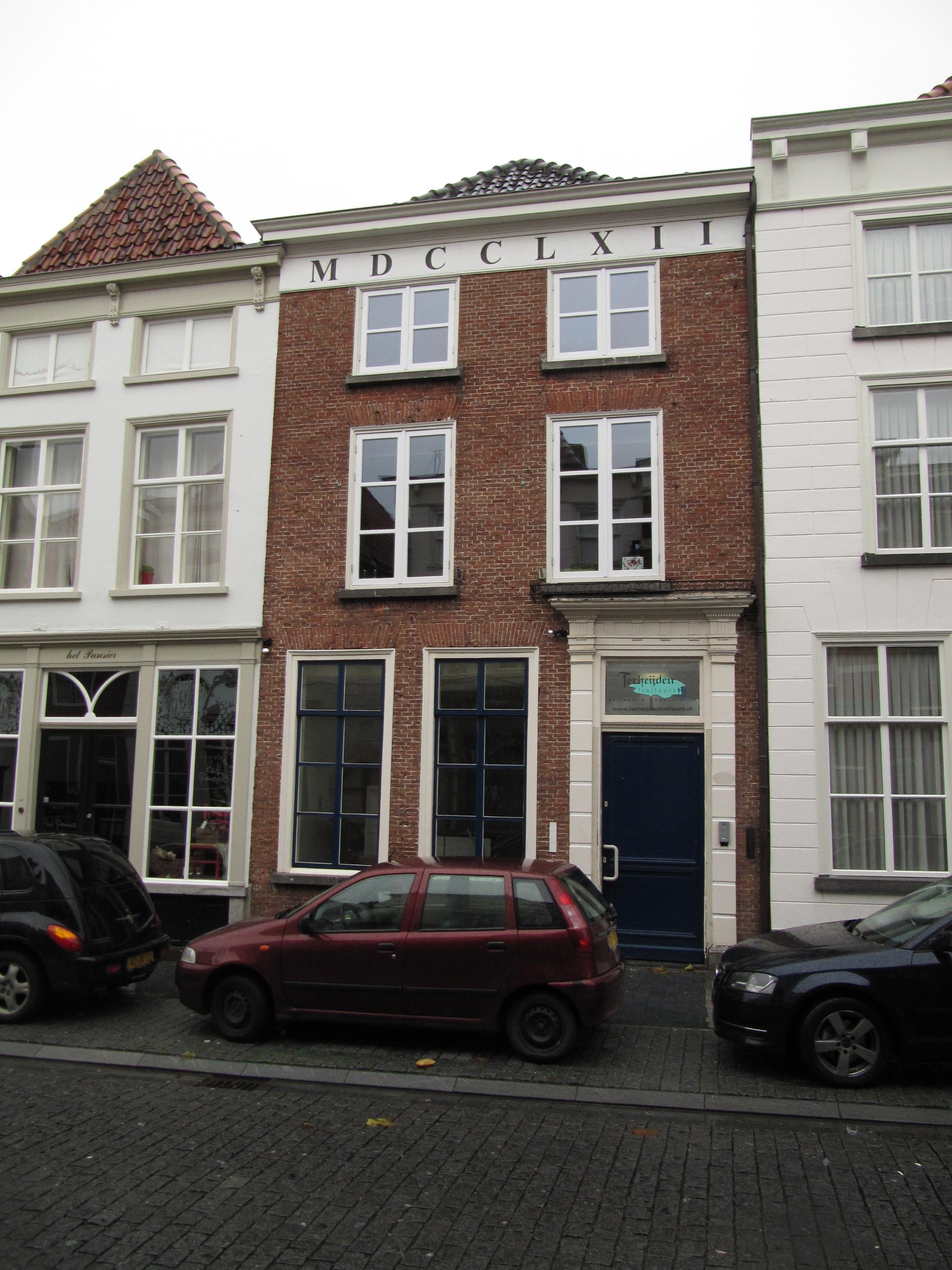 Huis met eenvoudige empire lijstgevel geelgepleisterd ingang omlijst door geblokte pilasters - Huis ingang ...