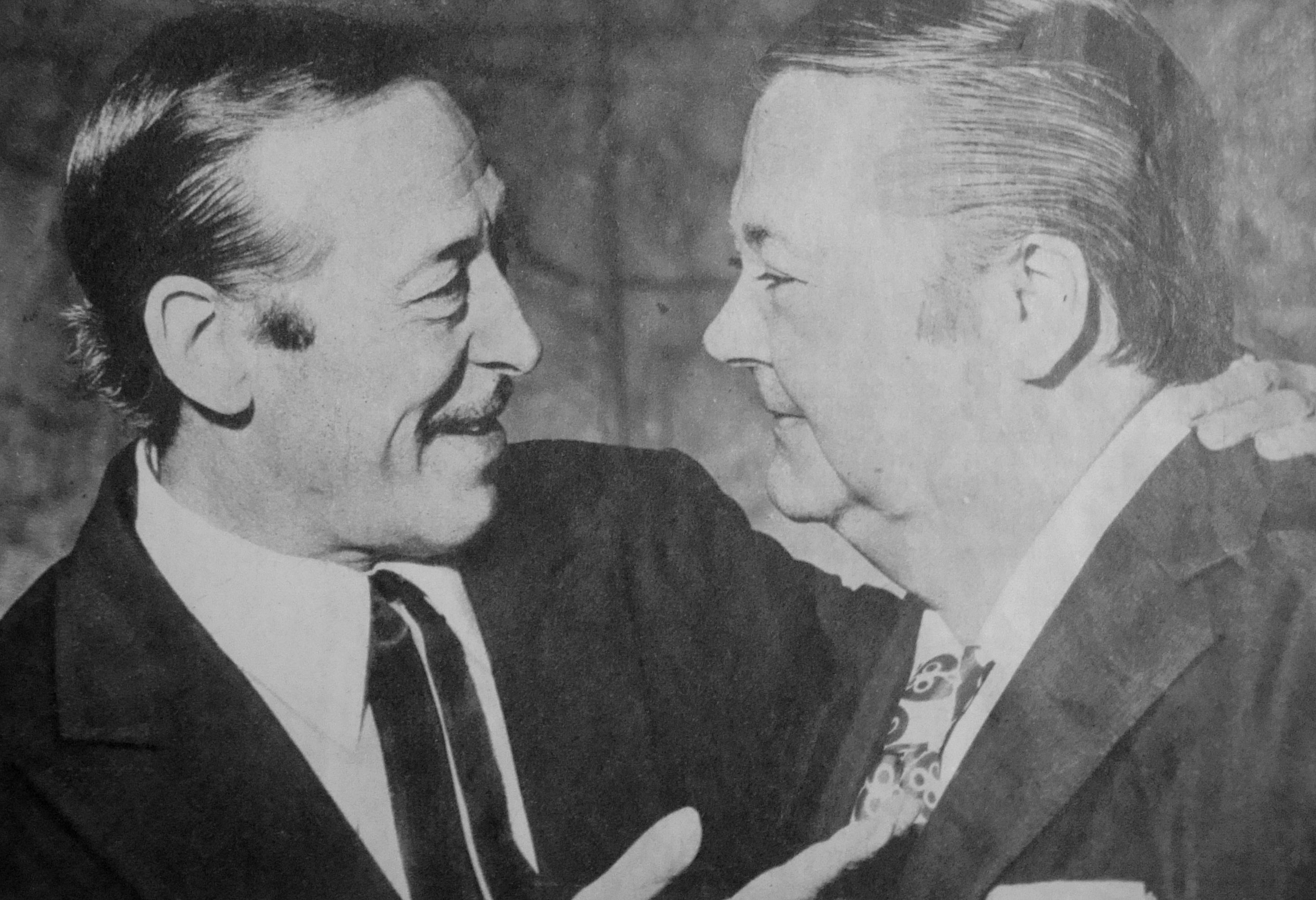 El cantor Roberto Goyeneche junto a Aníbal Troilo. Fotografía en la revista Radiolandia de abril de 1972.