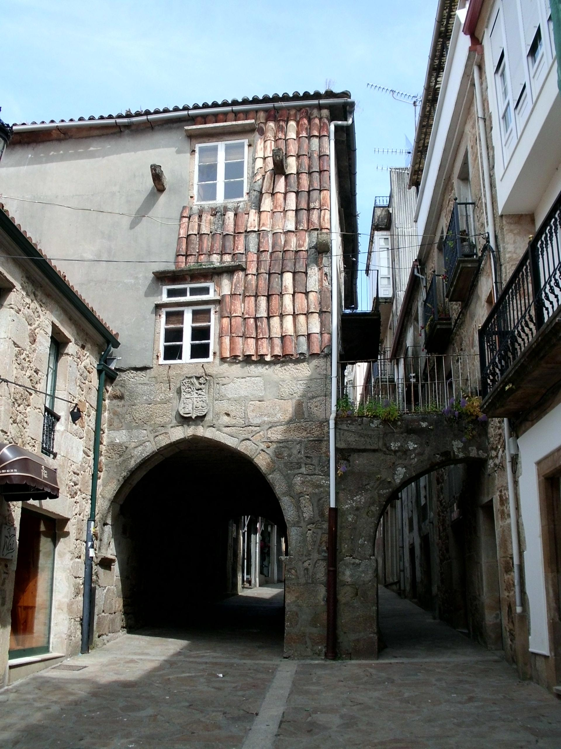http://upload.wikimedia.org/wikipedia/commons/c/cd/Vista_xeral_do_Pazo_do_Forno_do_Rato.jpg