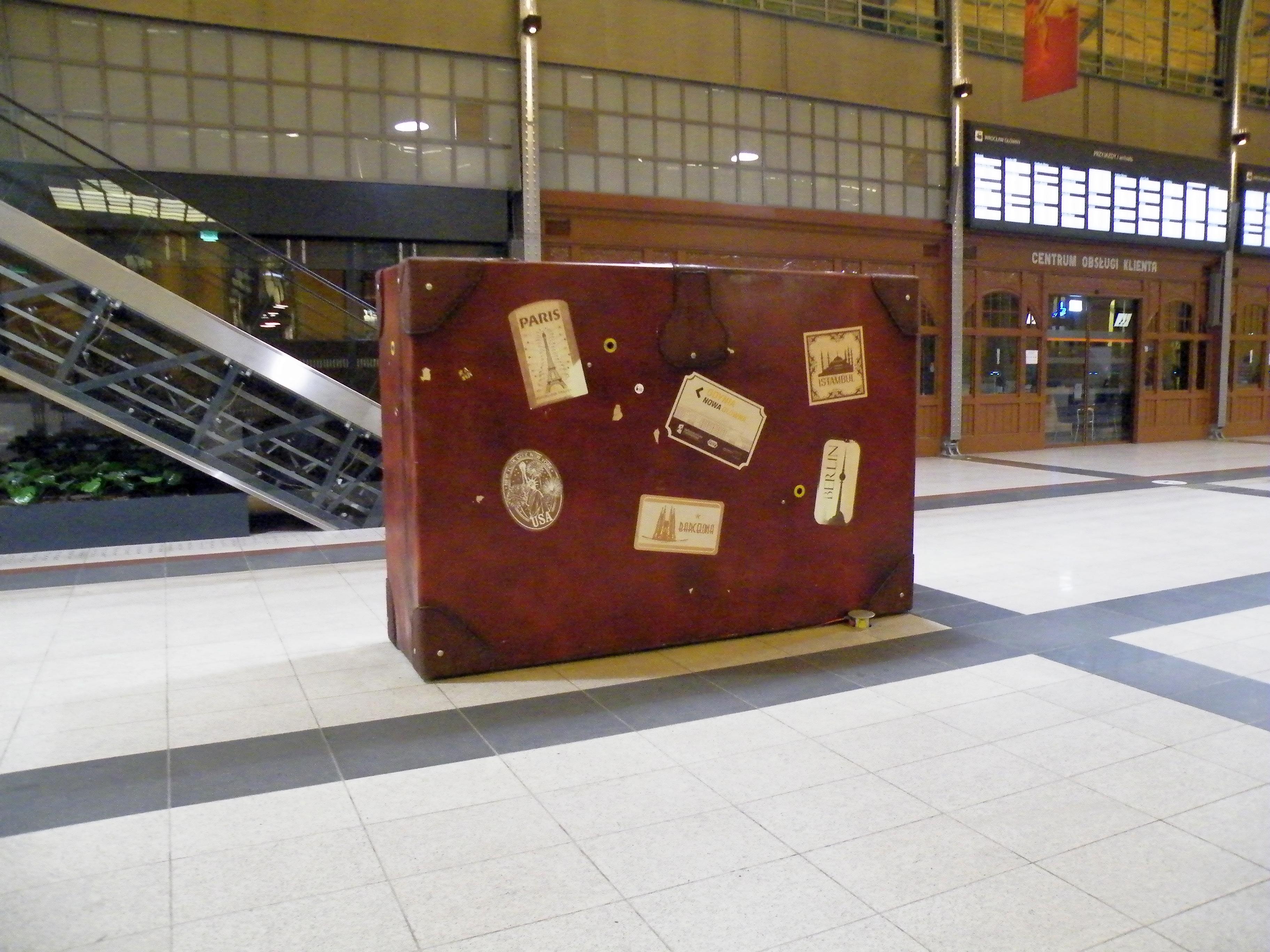 a677eb5d781dd File:Wrocław Główny - walizka.JPG - Wikimedia Commons