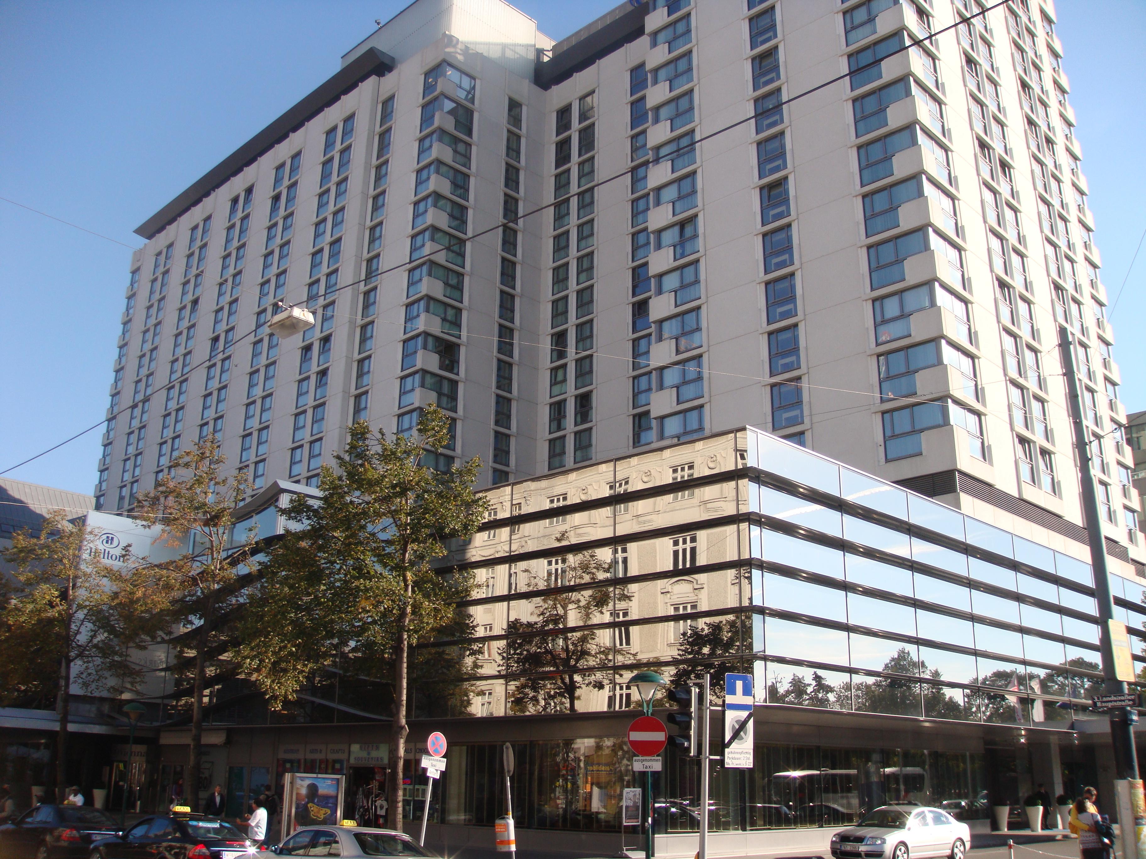 Отель с торговым центром(явный конец 70-х) - panoramio.jpg