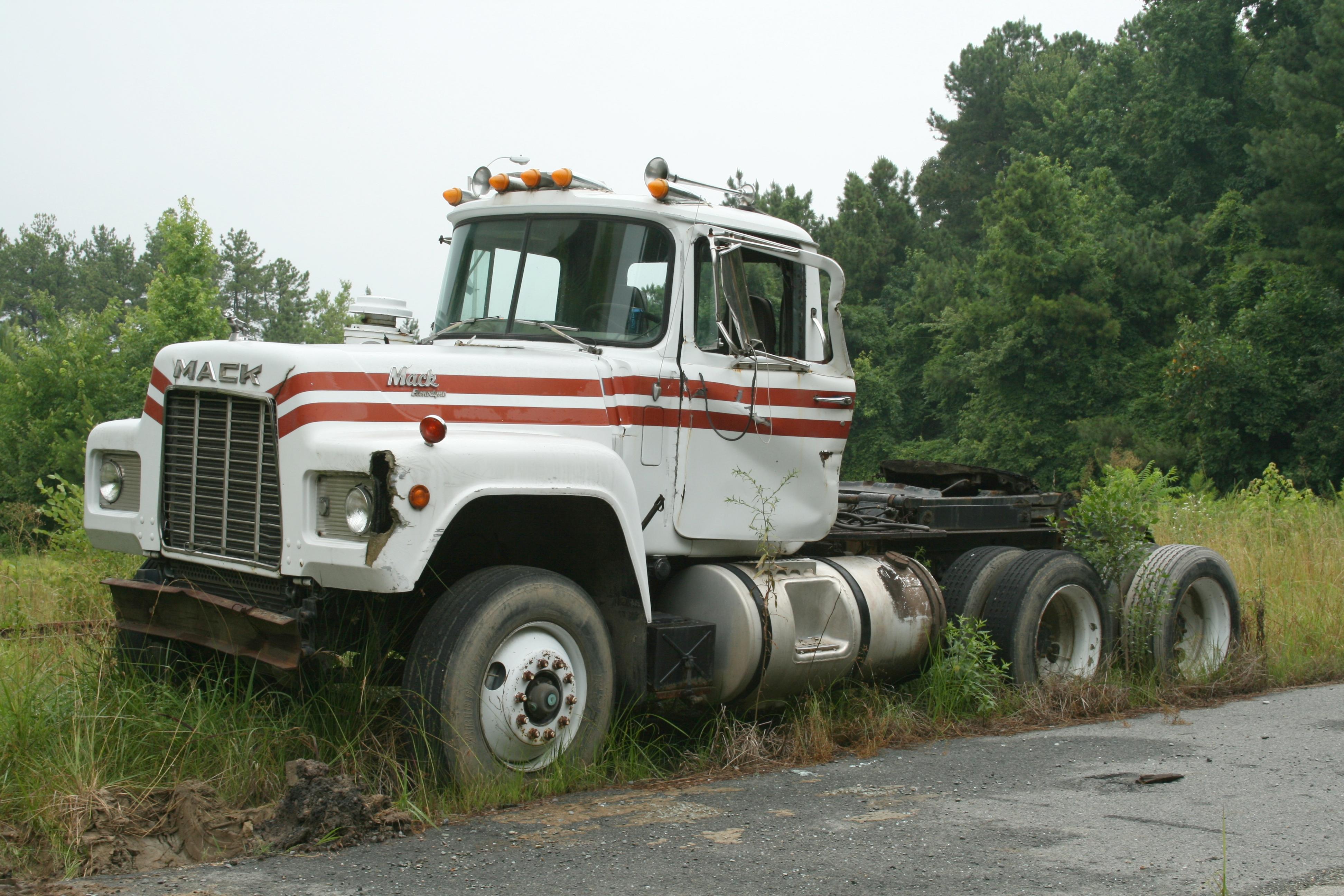 File 2009 07 05 Deteriorating Mack Truck Jpg Wikipedia