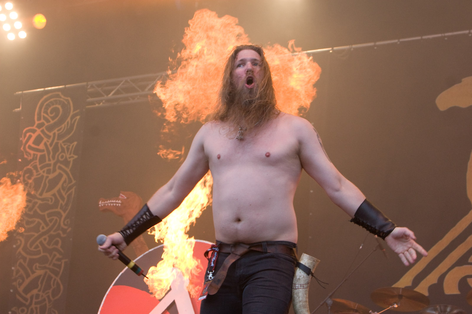 http://upload.wikimedia.org/wikipedia/commons/c/ce/Amon_Amarth-Johan_Hegg-1128.jpg