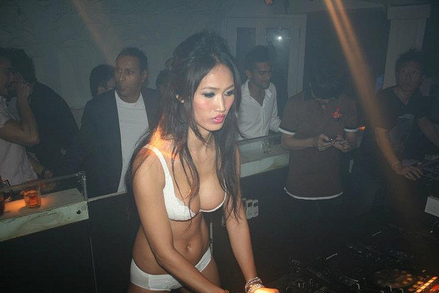 Description Angie Vu Ha Dj Singapore Grand Prix 2011.jpg