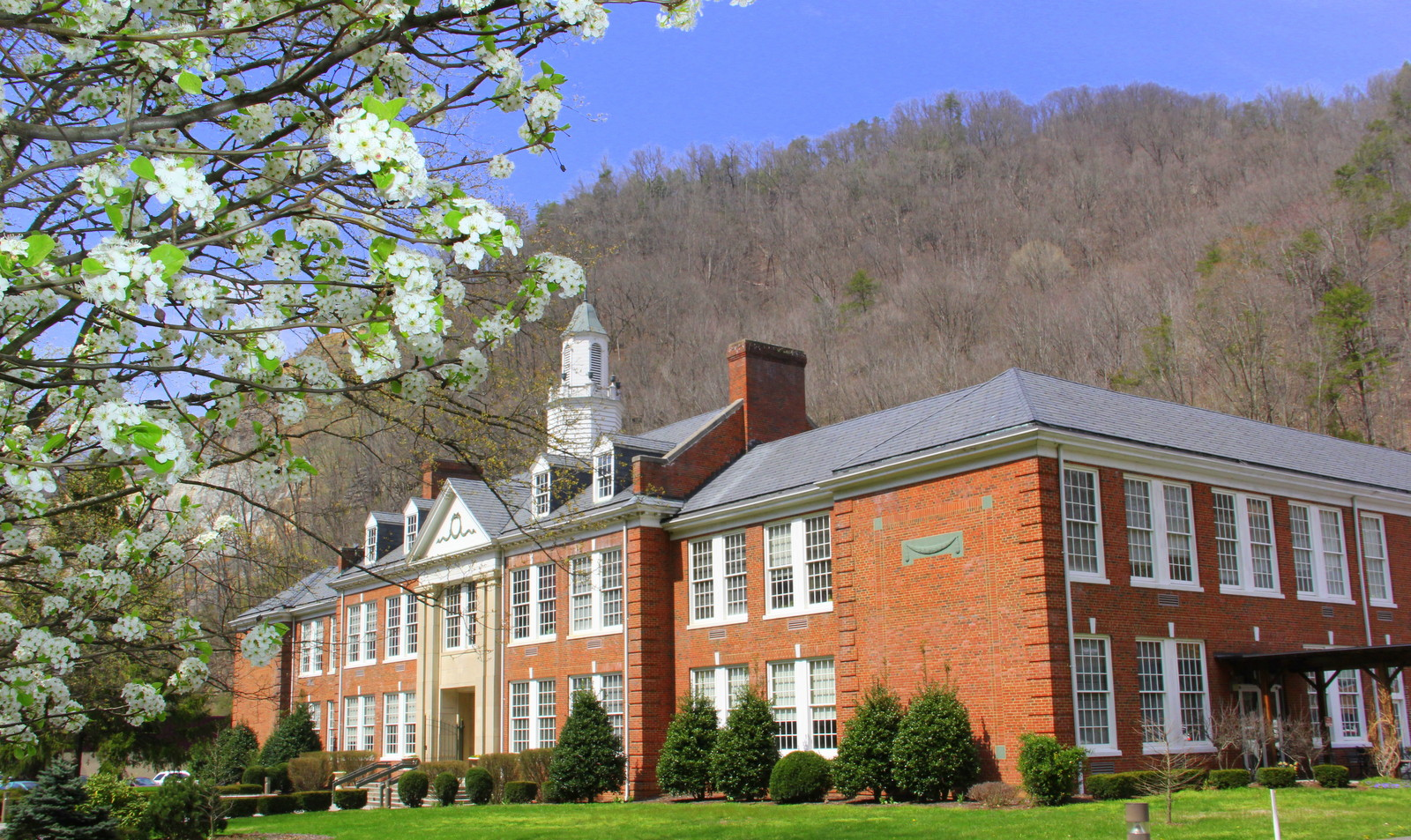 https://upload.wikimedia.org/wikipedia/commons/c/ce/Appalachian_School_of_Law%2C_Grundy_Virginia.JPG