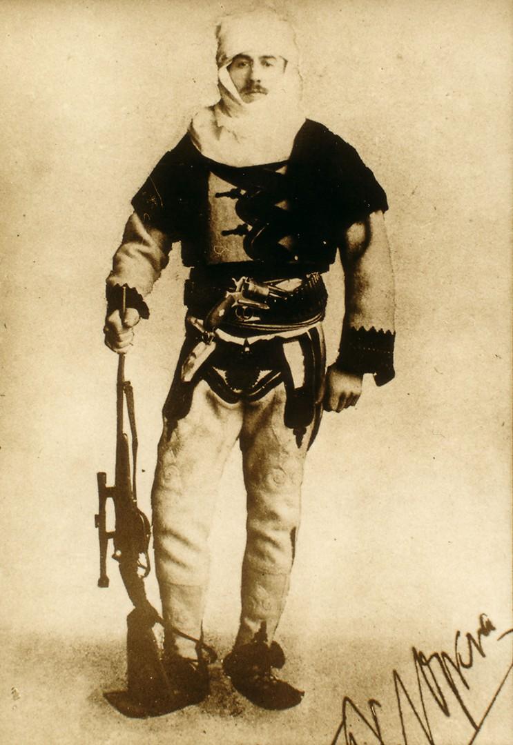 https://upload.wikimedia.org/wikipedia/commons/c/ce/Baron_Franz_Nopcsa_in_Albanian_uniform.jpg