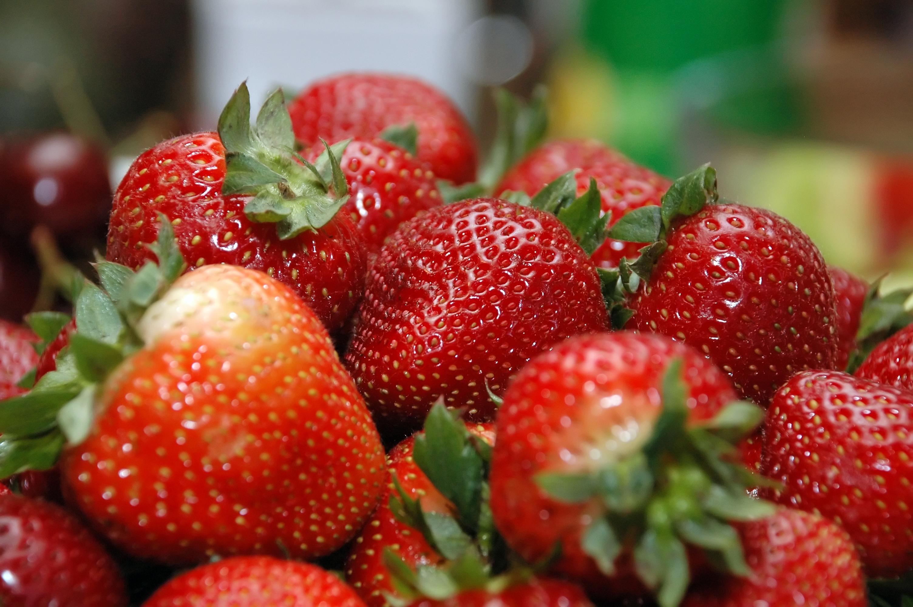 Use Strawberries To Decorate Round Cake