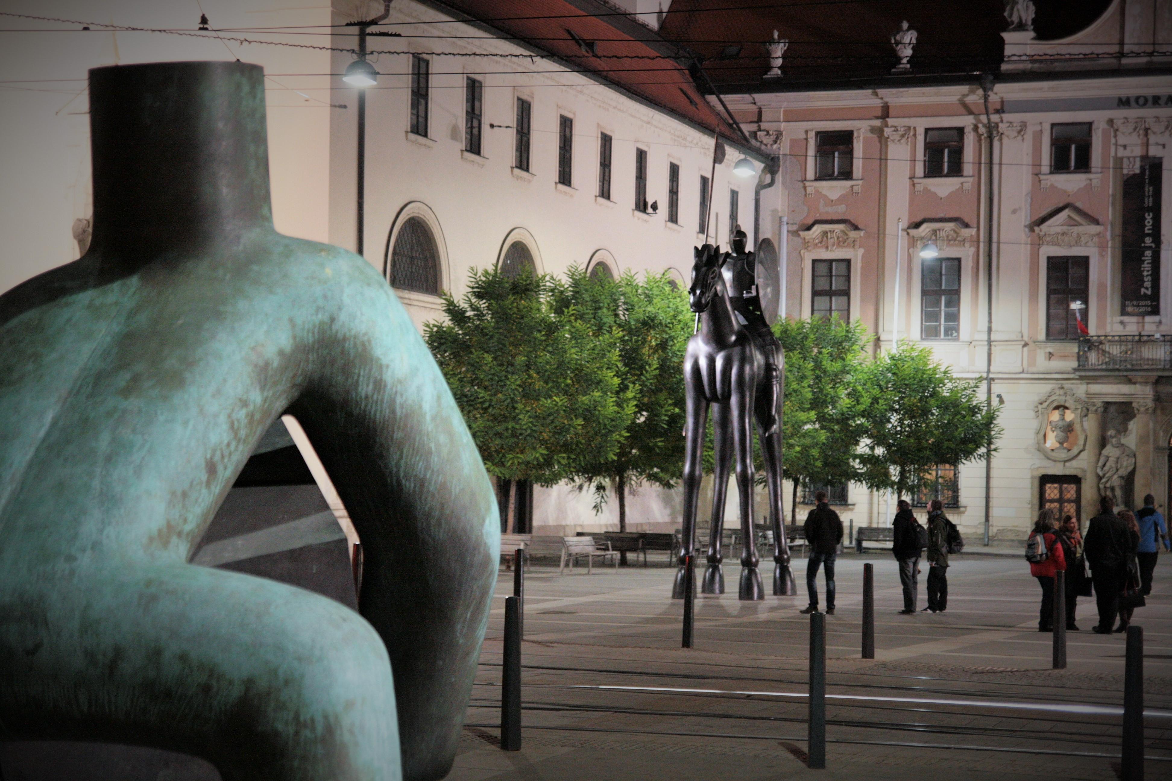 File:Brno, Moravské náměstí - jezdecká socha Jošta v noci