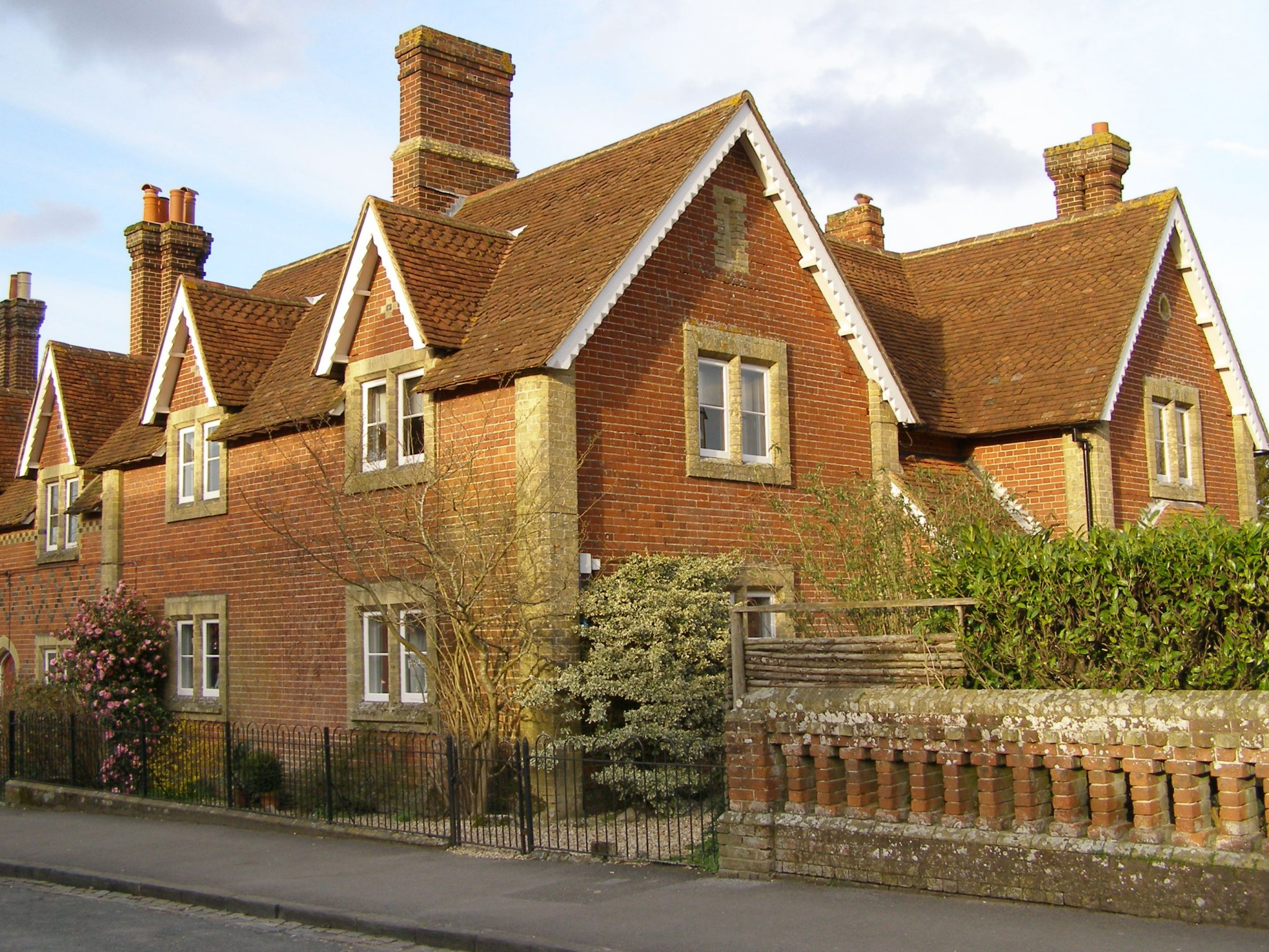 File:Buccleuch Cottages Beaulieu New Forest.jpg ...