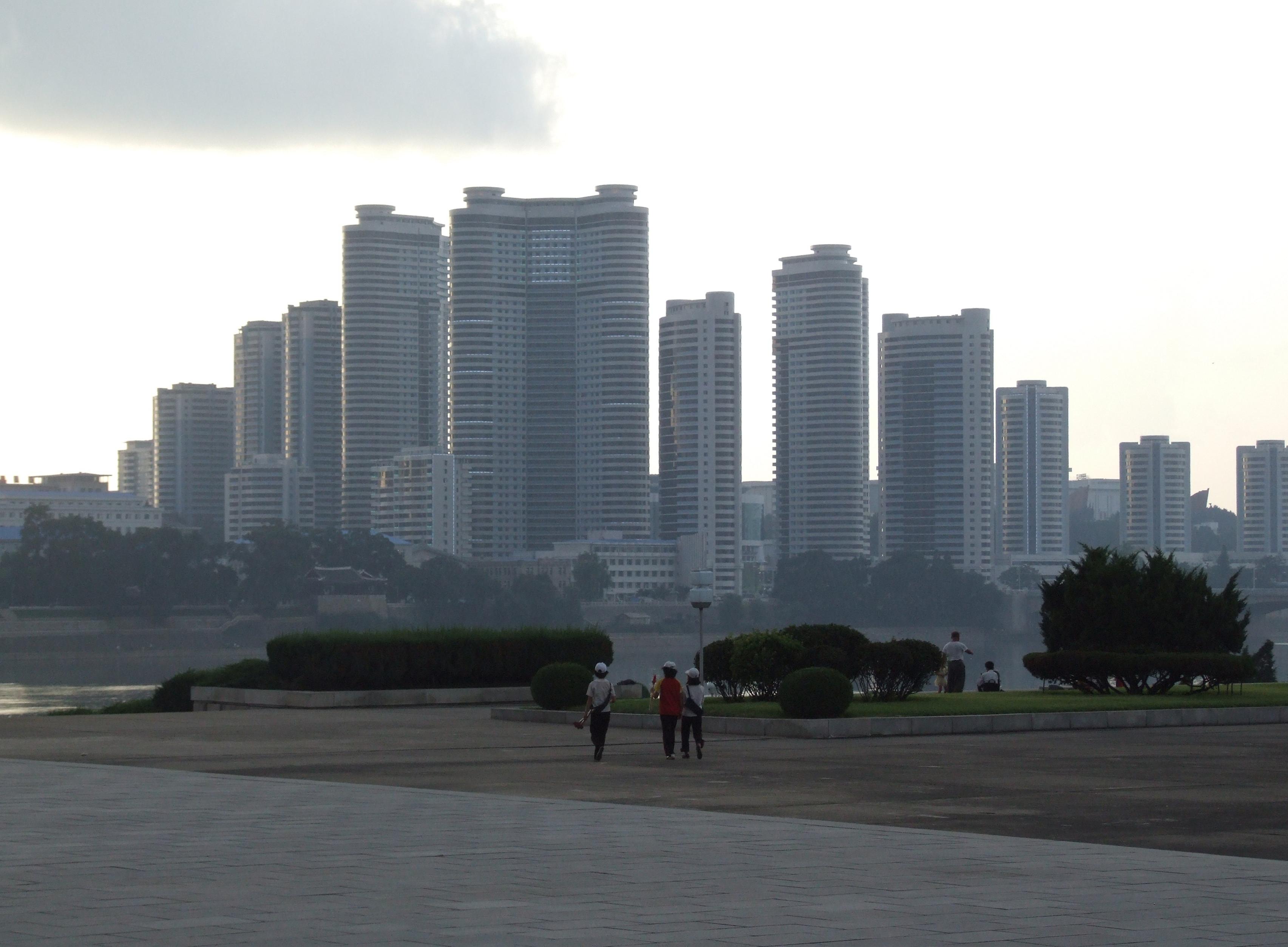 File:Buildings in Chung-guyok, Pyongyang.JPG - Wikimedia ...