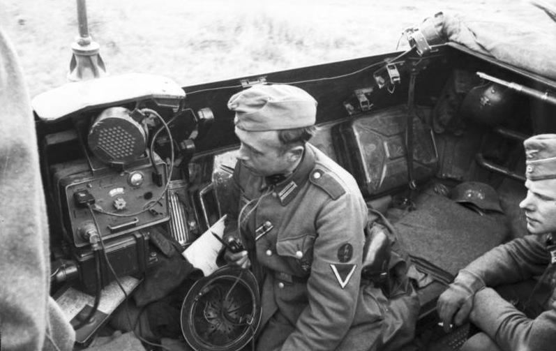 File:Bundesarchiv Bild 101I-267-0148-04, Russland, Funker in gepanzertem Fahrzeug.jpg
