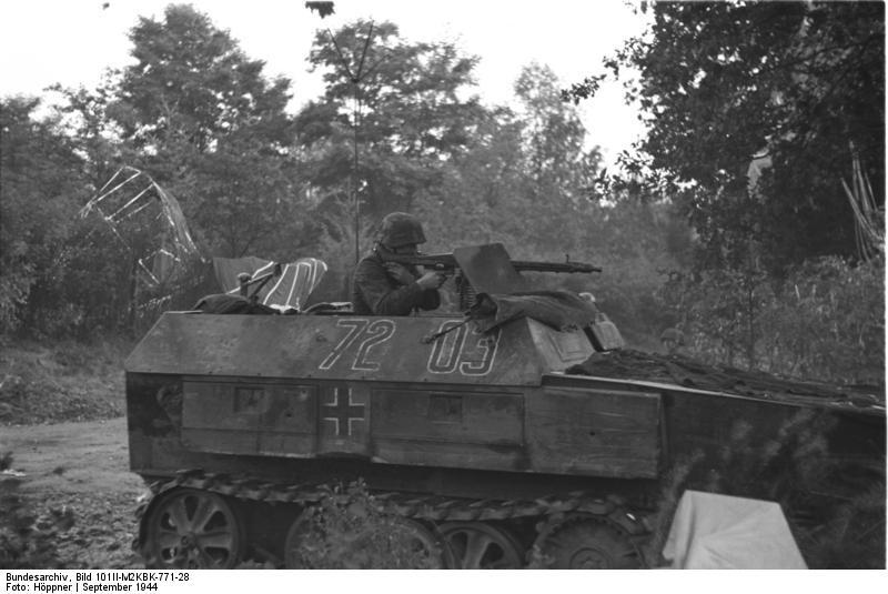 Bundesarchiv_Bild_101II-M2KBK-771-28%2C_Arnheim%2C_Sch%C3%BCtzenpanzer_im_Einsatz.jpg