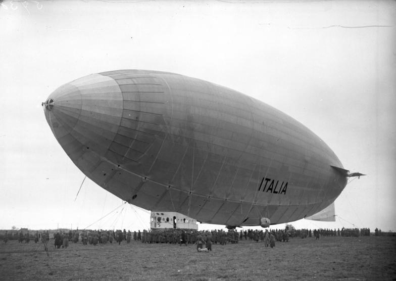 """Bundesarchiv Bild 102-05738, Stolp, Landung des Nordpol-Luftschiffes """"Italia"""""""